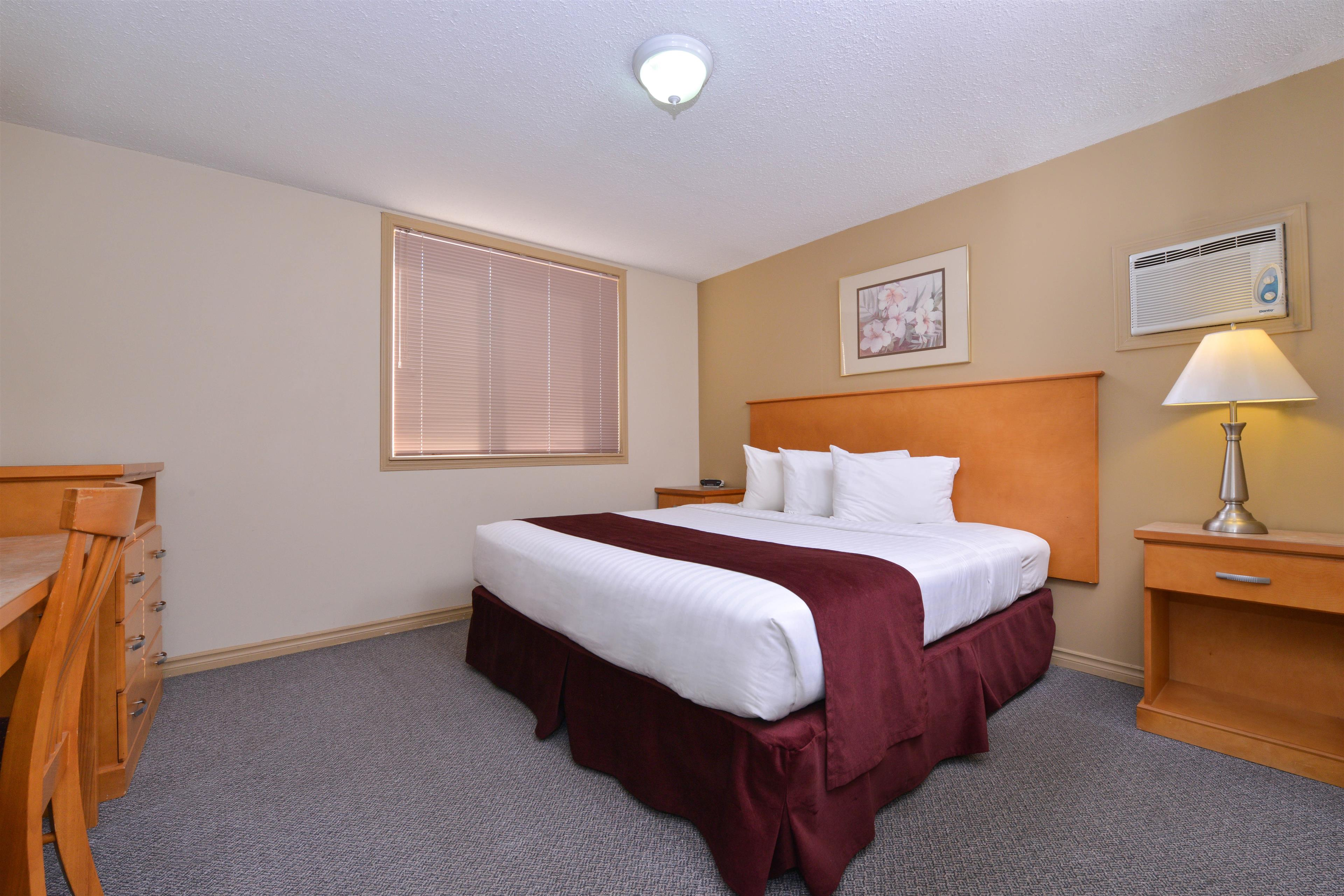 Canadas Best Value Inn & Suites in Vernon: One Queen Bed Suite