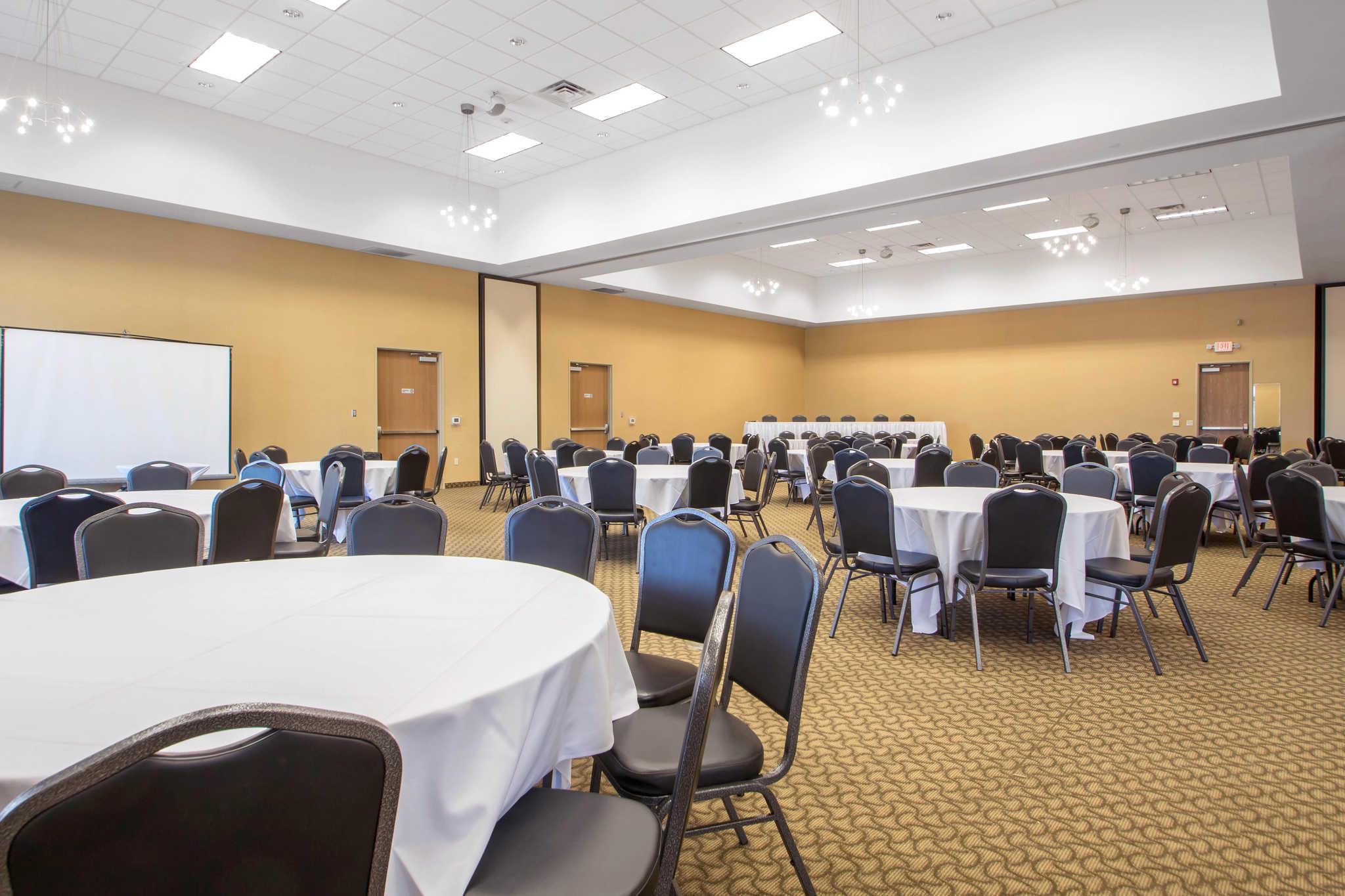 Comfort Suites Johnson Creek Conference Center image 36