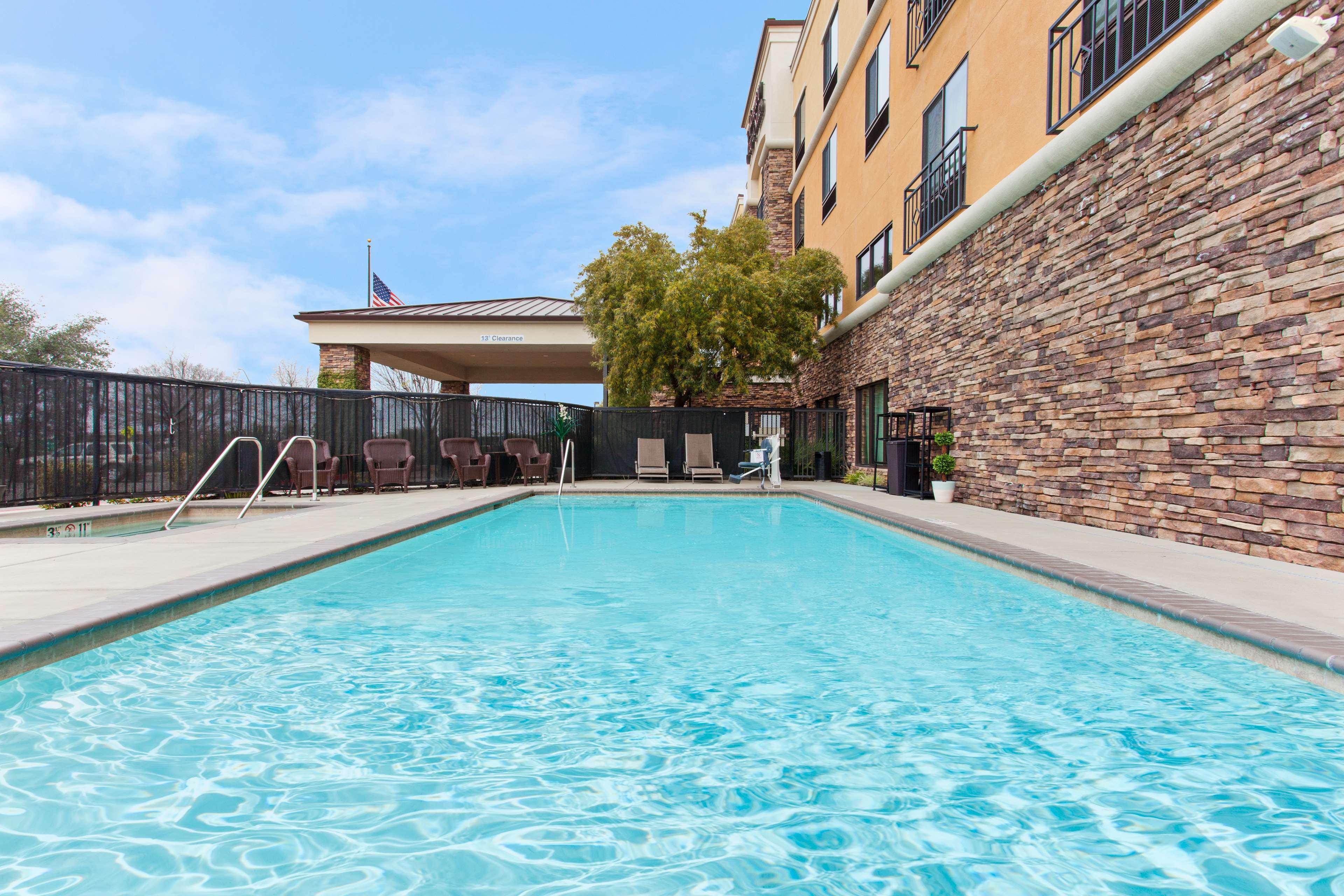 Hampton Inn & Suites Roseville image 2