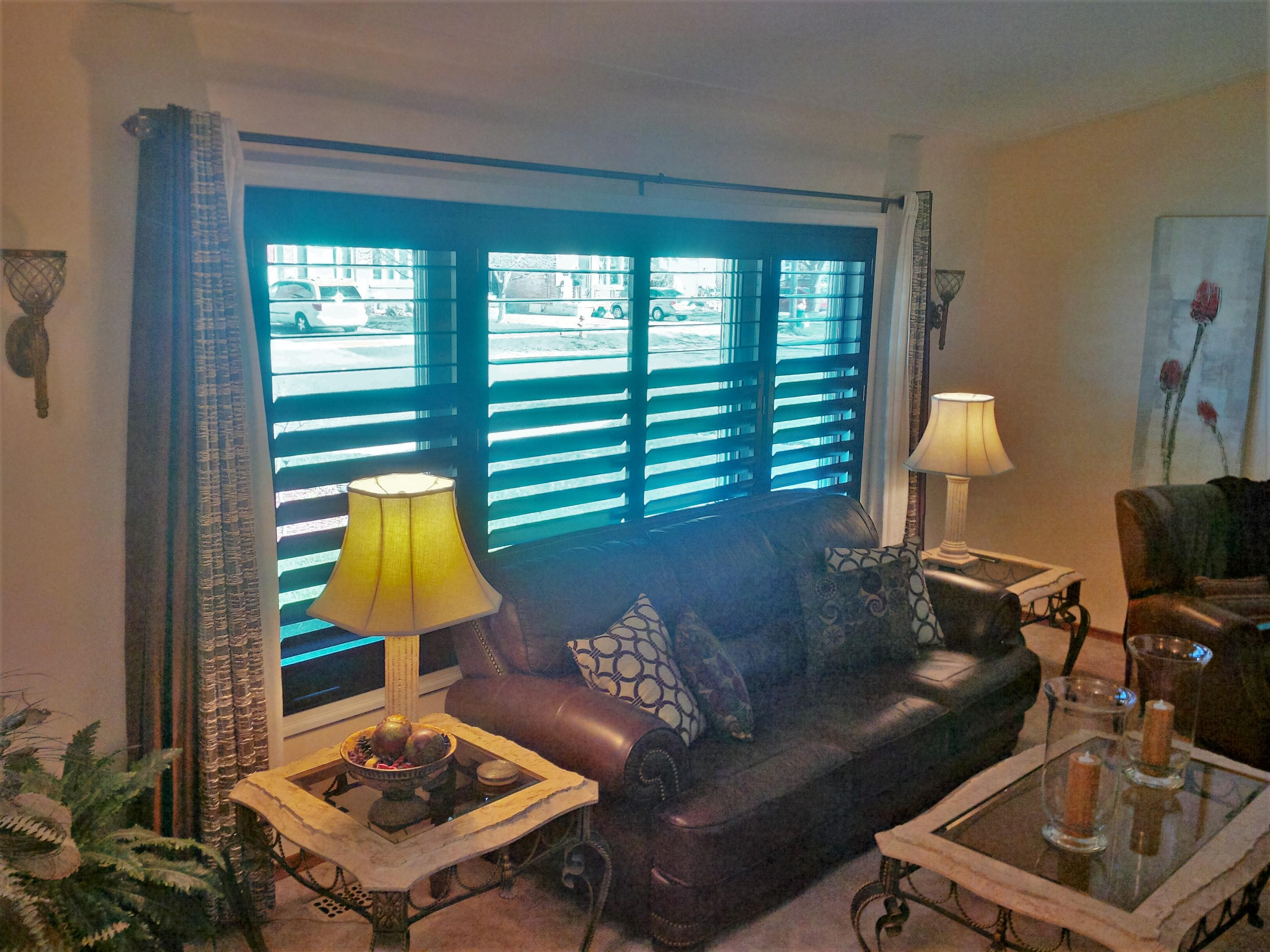 Budget Blinds à Waterloo: Make a statement in your home with stunning black shutters. This Kitchener homeowner wanted something dramatic in colour and timeless in style. You can't beat the beauty of natural solid wood.