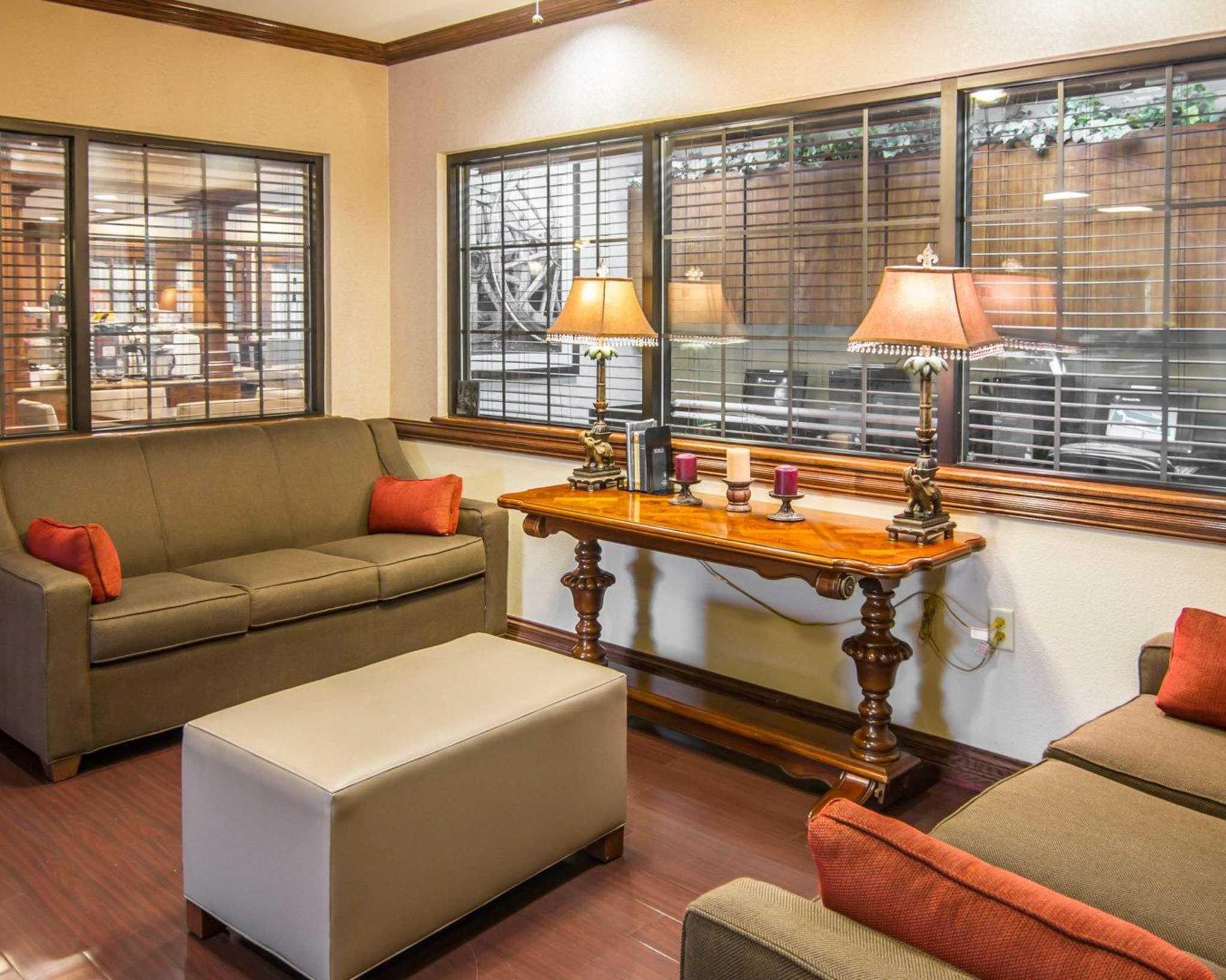 Comfort Suites Marshall image 11