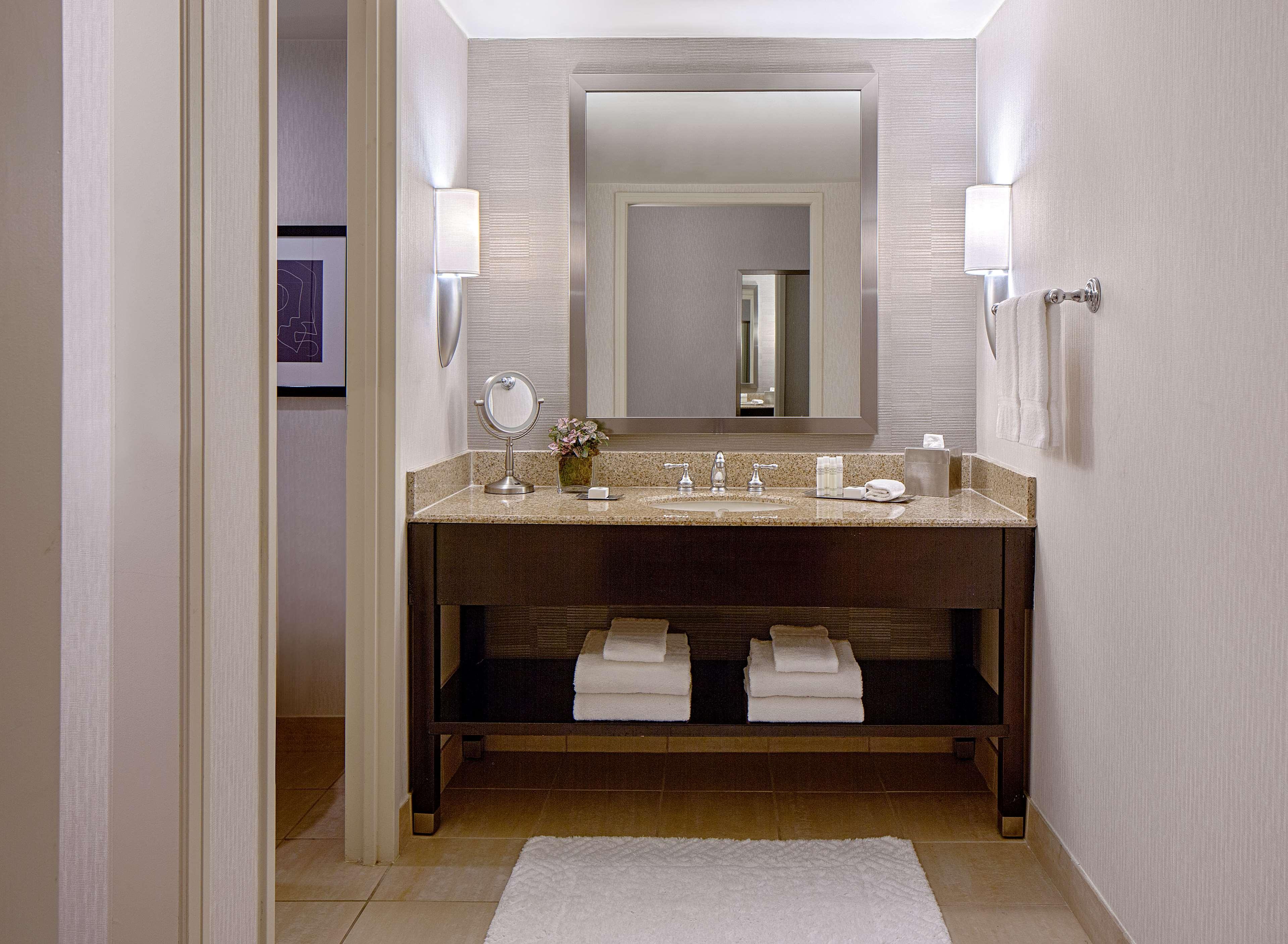 DoubleTree by Hilton Hotel Houston - Greenway Plaza image 29