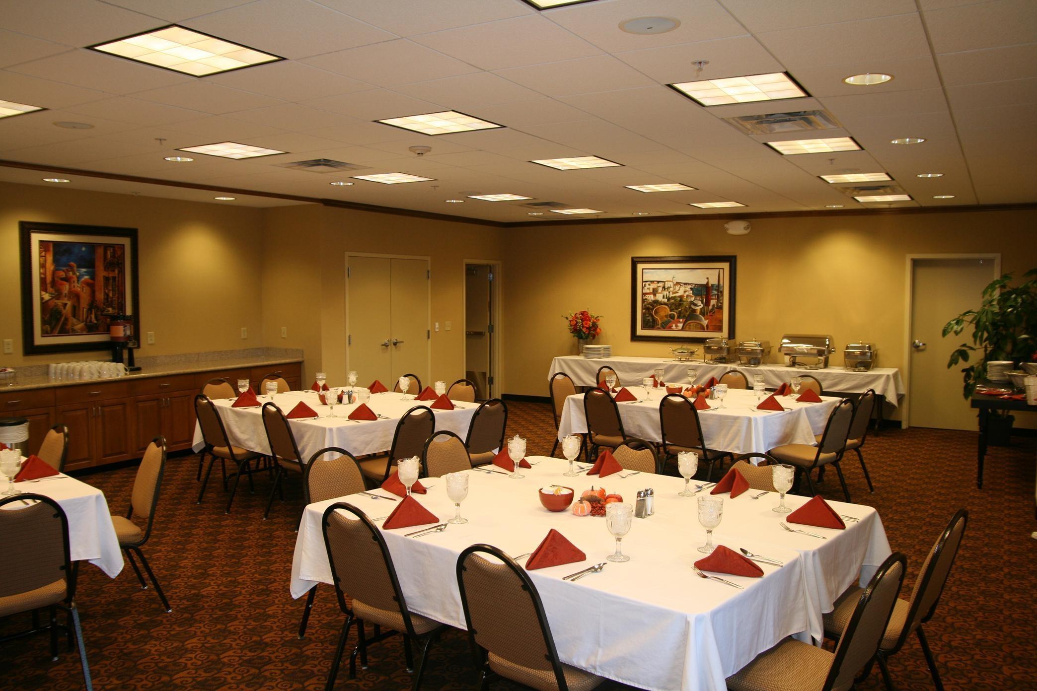 Hampton Inn & Suites Warren image 15