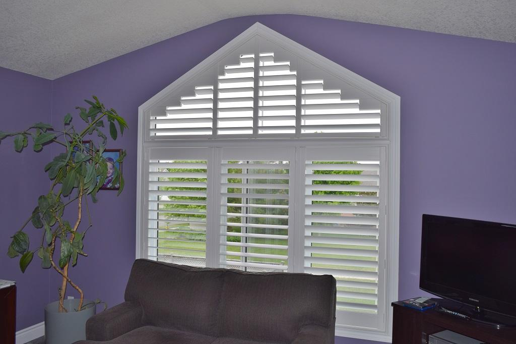 Budget Blinds à Waterloo: Consider the experts at Budget Blinds of Waterloo for all of your specialty shape window coverings. This Waterloo homeowner needed light control for a bedroom in this angle-top window.