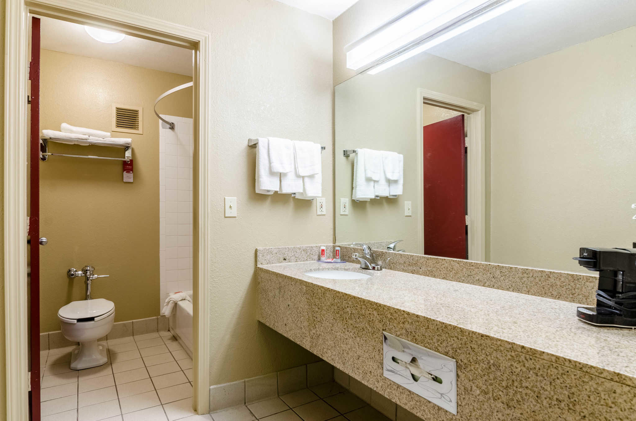 Econo Lodge  Inn & Suites I-35 at Shawnee Mission image 11