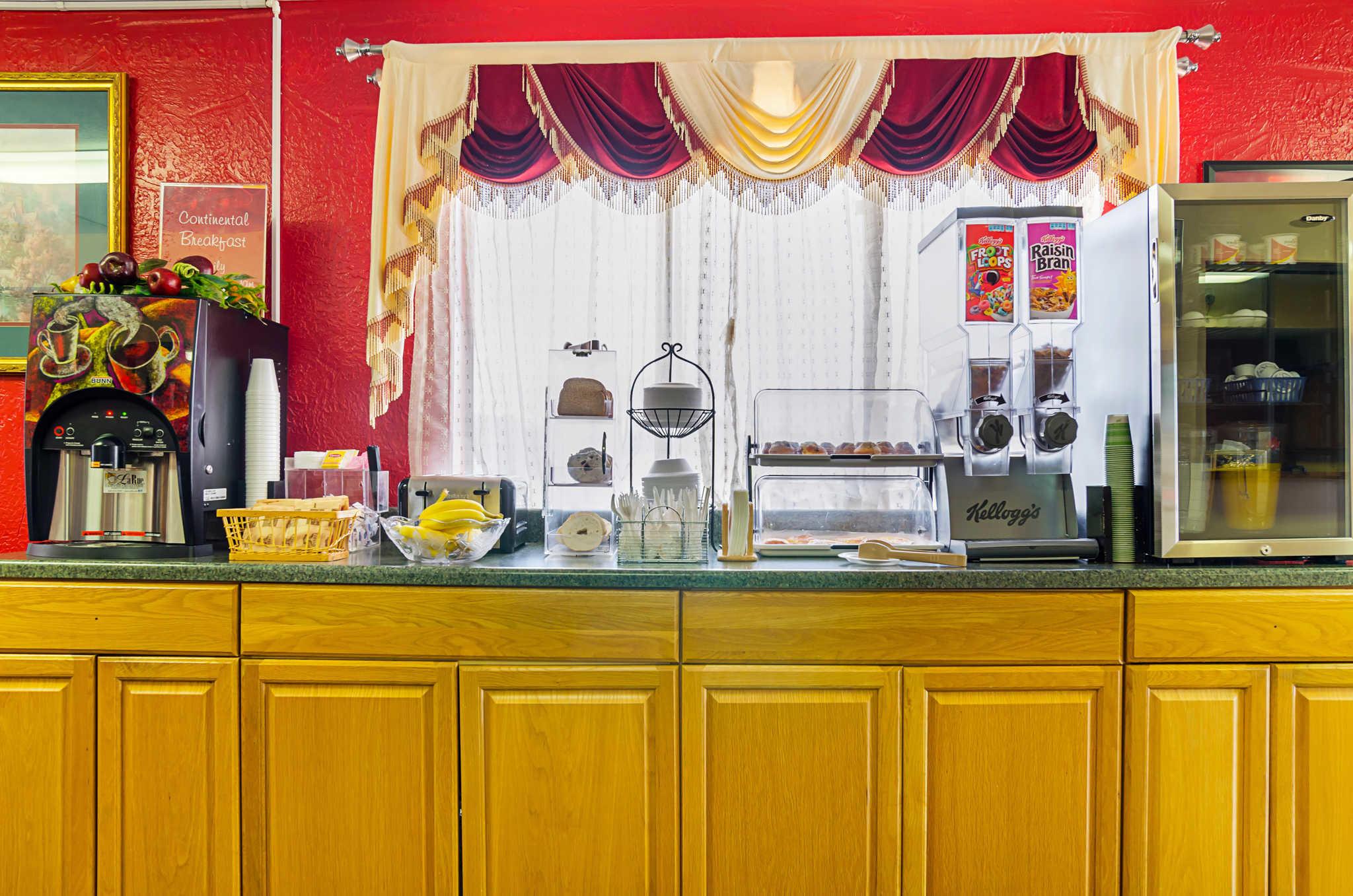 Econo Lodge Lansing - Leavenworth image 24