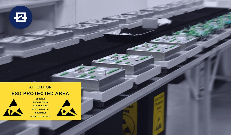 ESD Protected Area bei der Montage einer Heckkastensteuerung für mobile Arbeitsmaschinen
