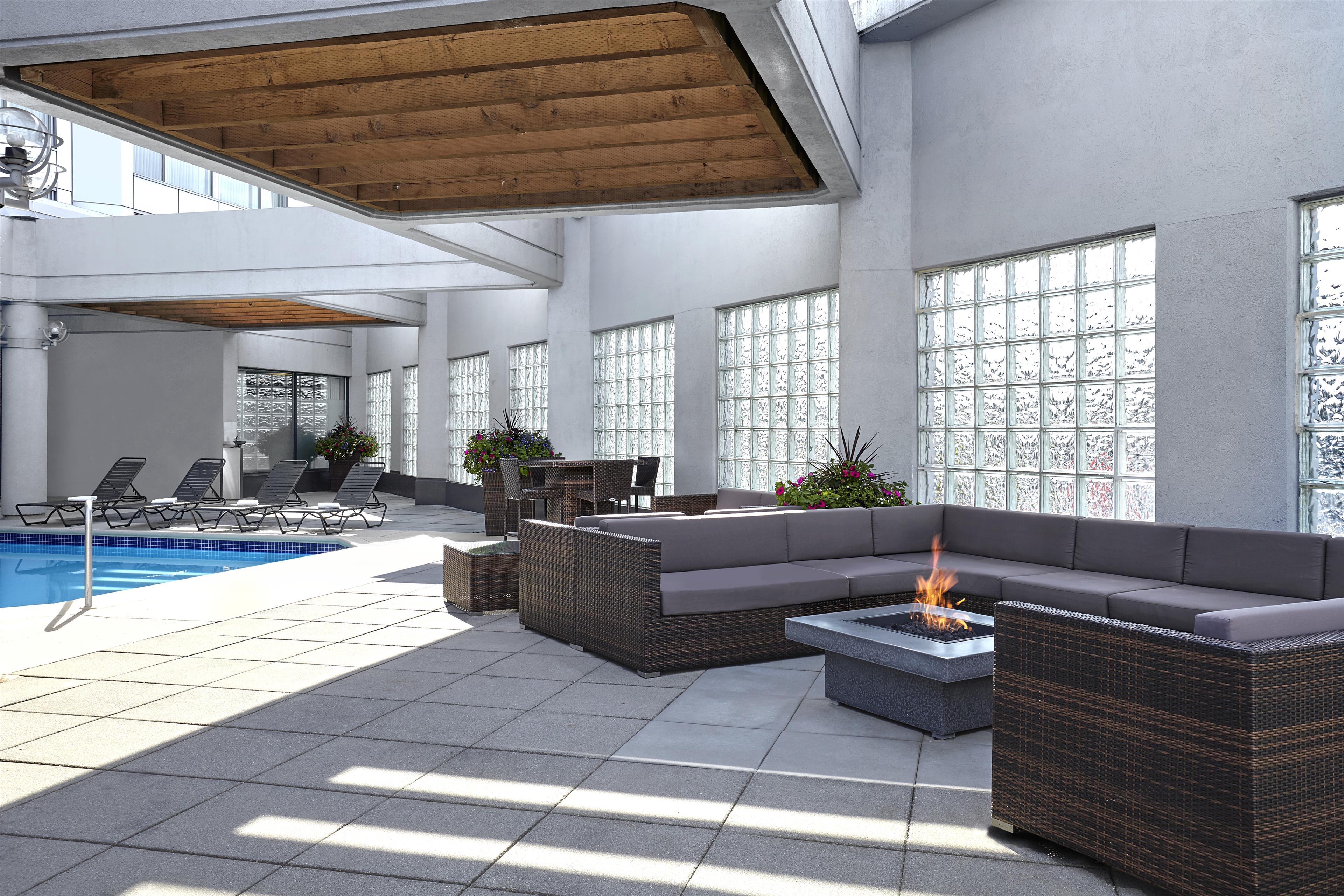 Sheraton Vancouver Guildford Hotel in Surrey: Fire Pit Outdoor Pool
