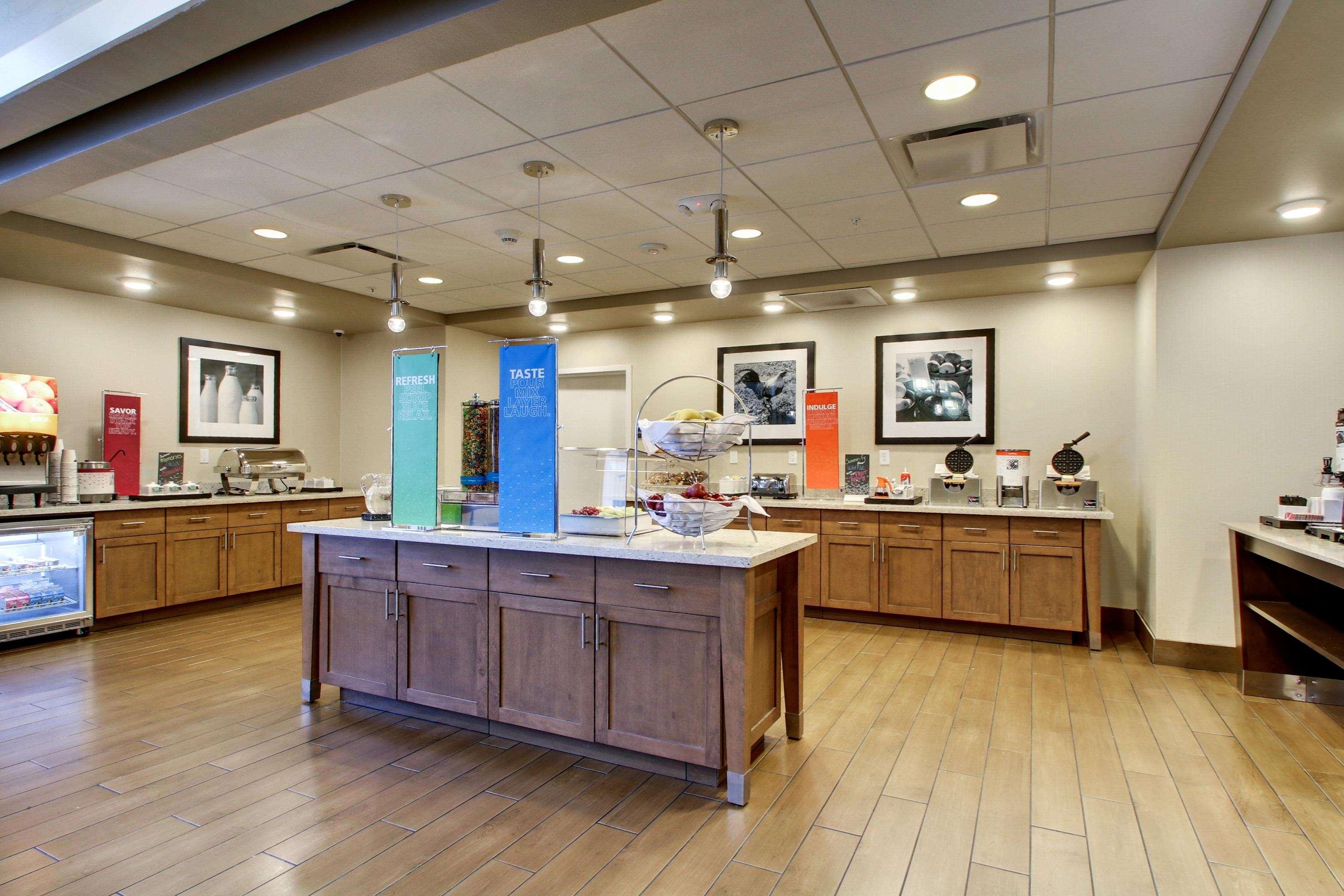 Hampton Inn & Suites Milwaukee West image 10