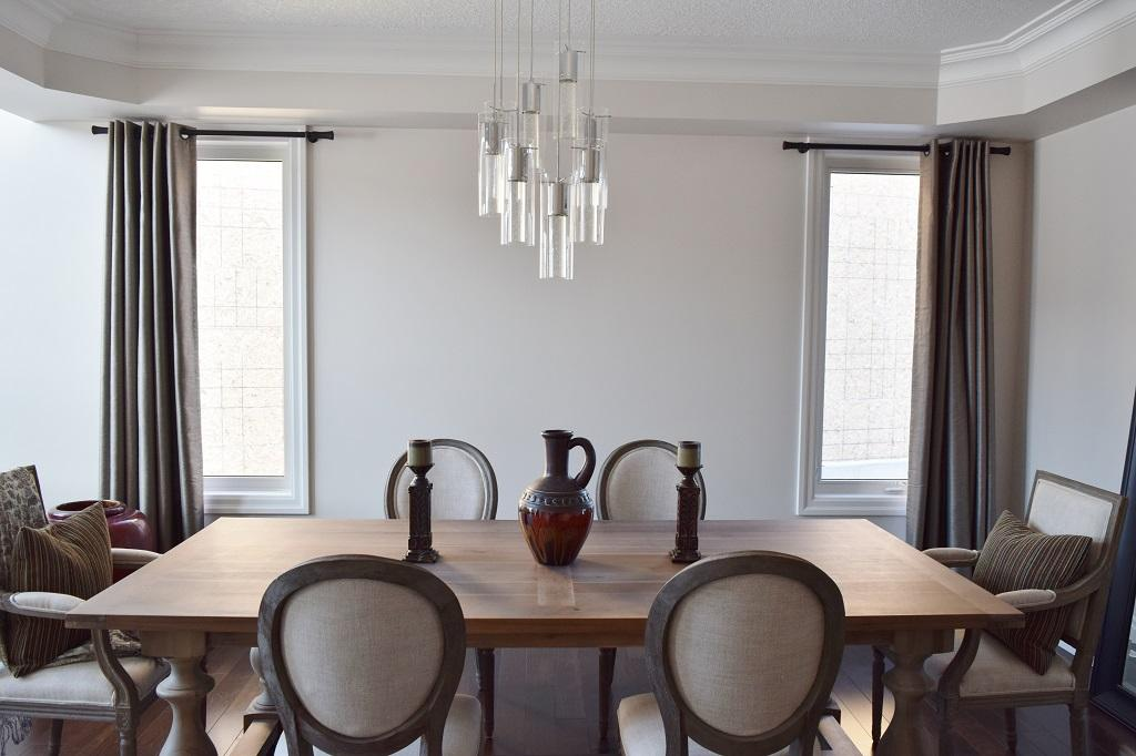 Budget Blinds à Waterloo: This dining room needed some simple grommet panels to frame and soften the space.