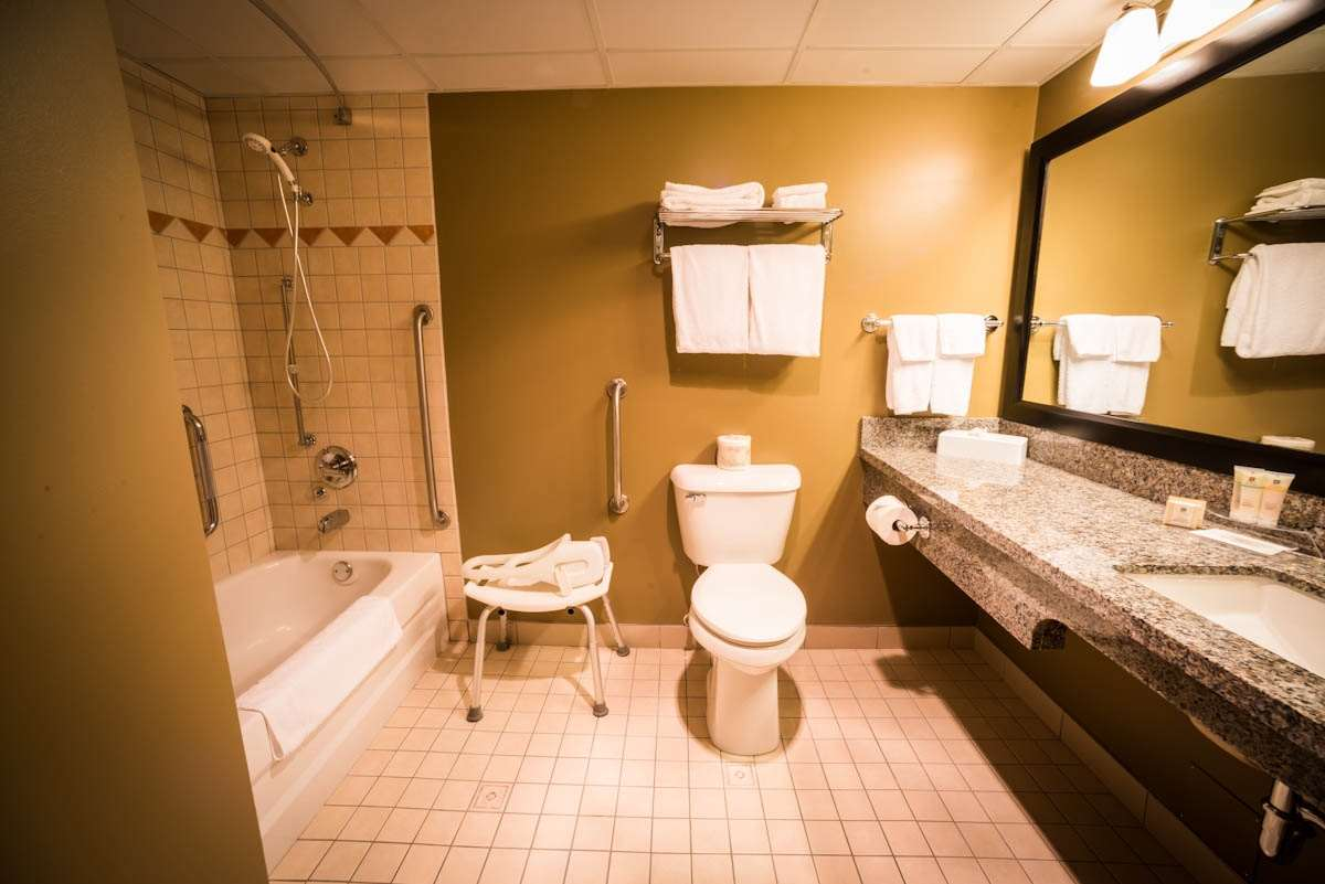 Best Western Plus Baker Street Inn & Convention Centre in Nelson: Mobility Accessible Bathroom