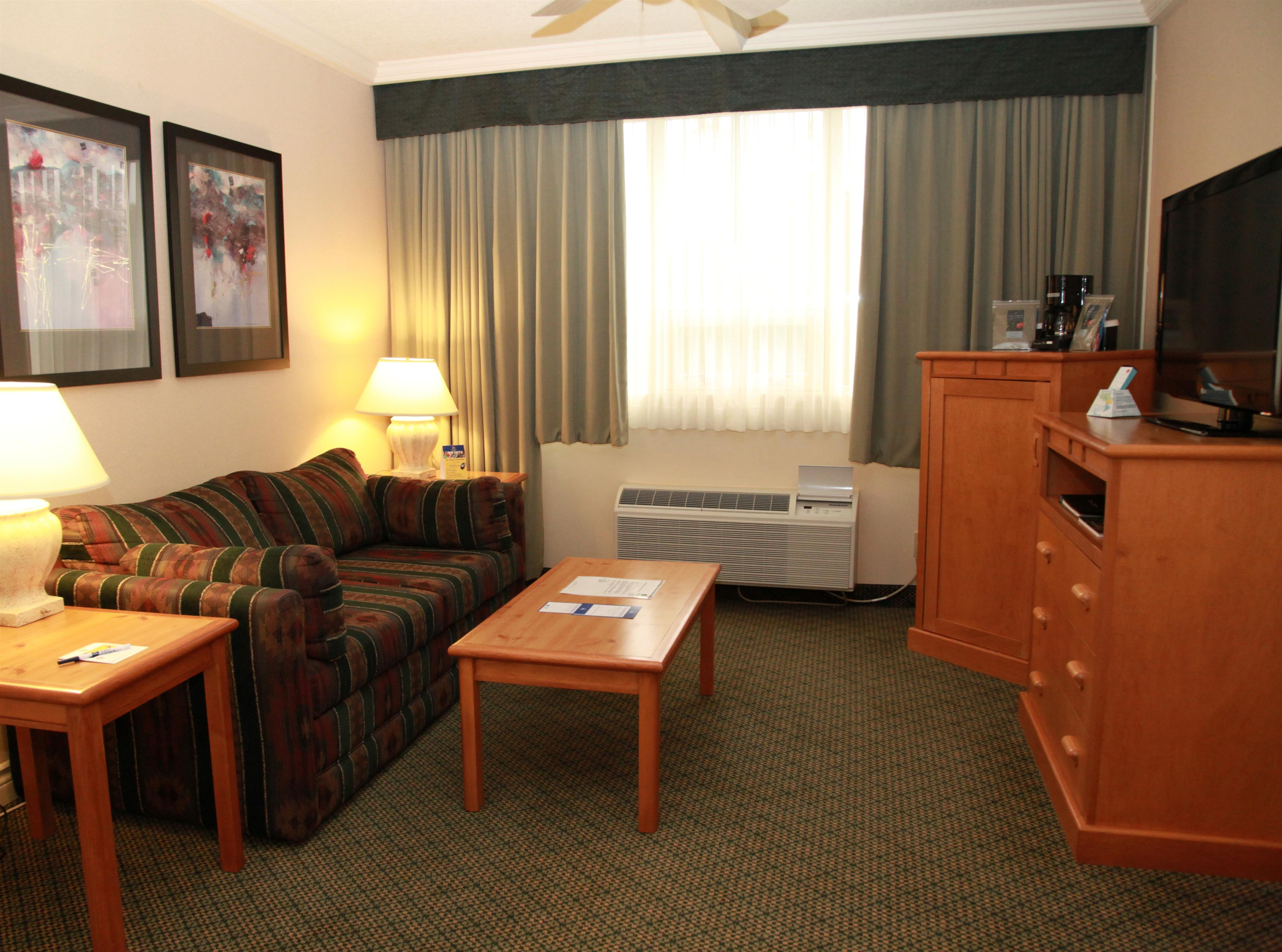 Best Western Plus Barclay Hotel in Port Alberni: Honeymoon Suite Sitting Area