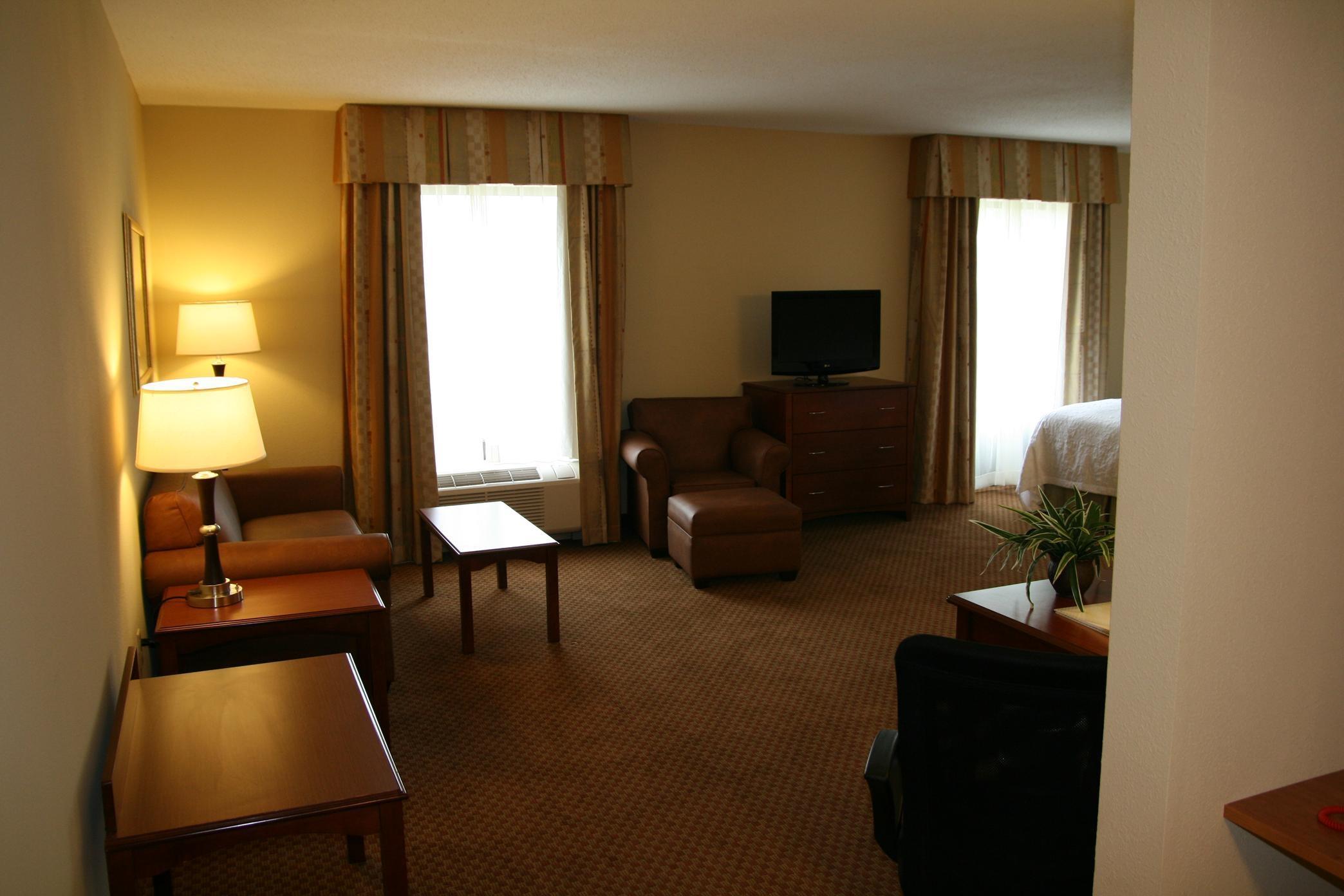 Hampton Inn & Suites Warren image 1