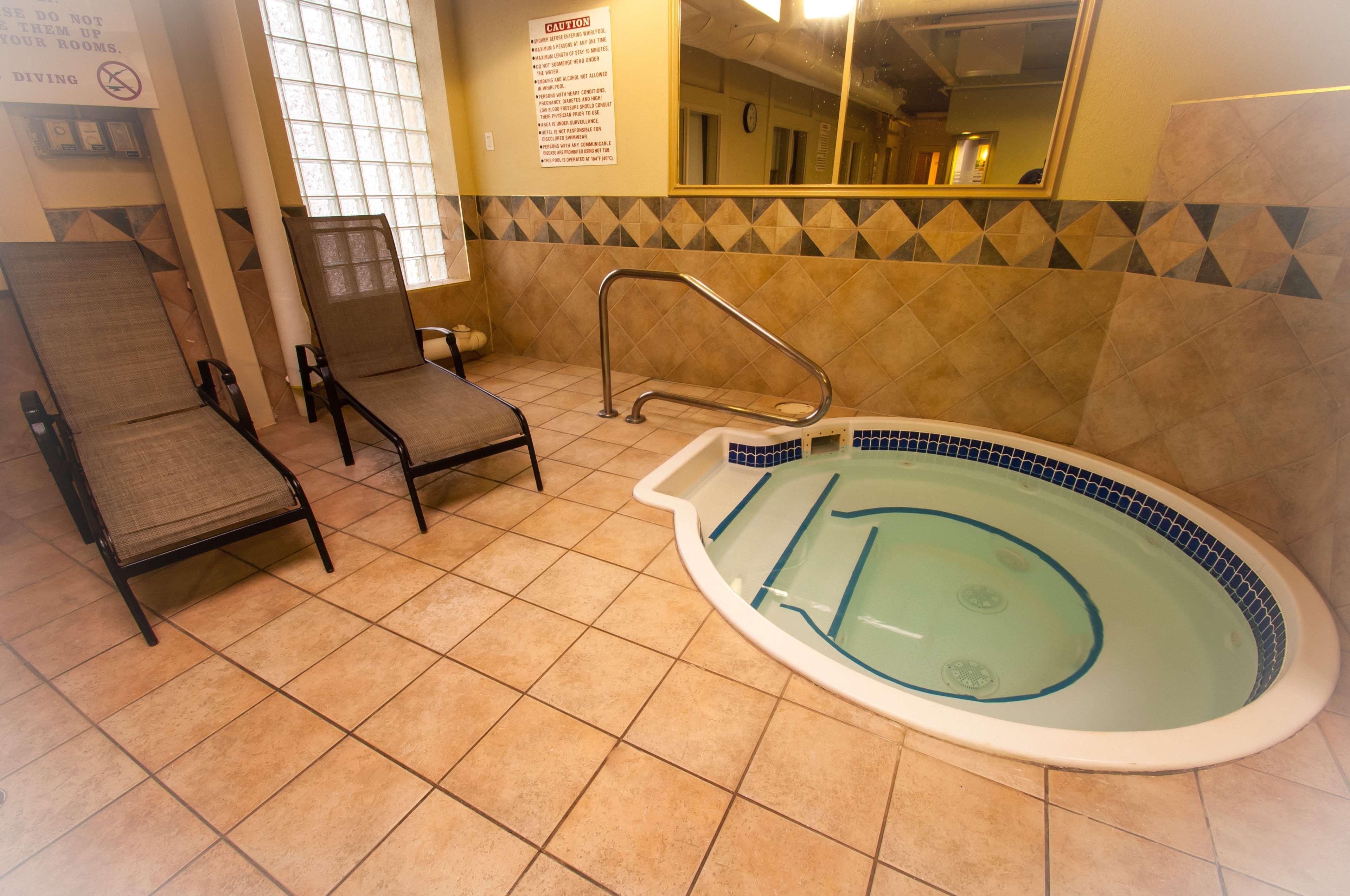 Best Western Airport Inn in Calgary: Hot Tub