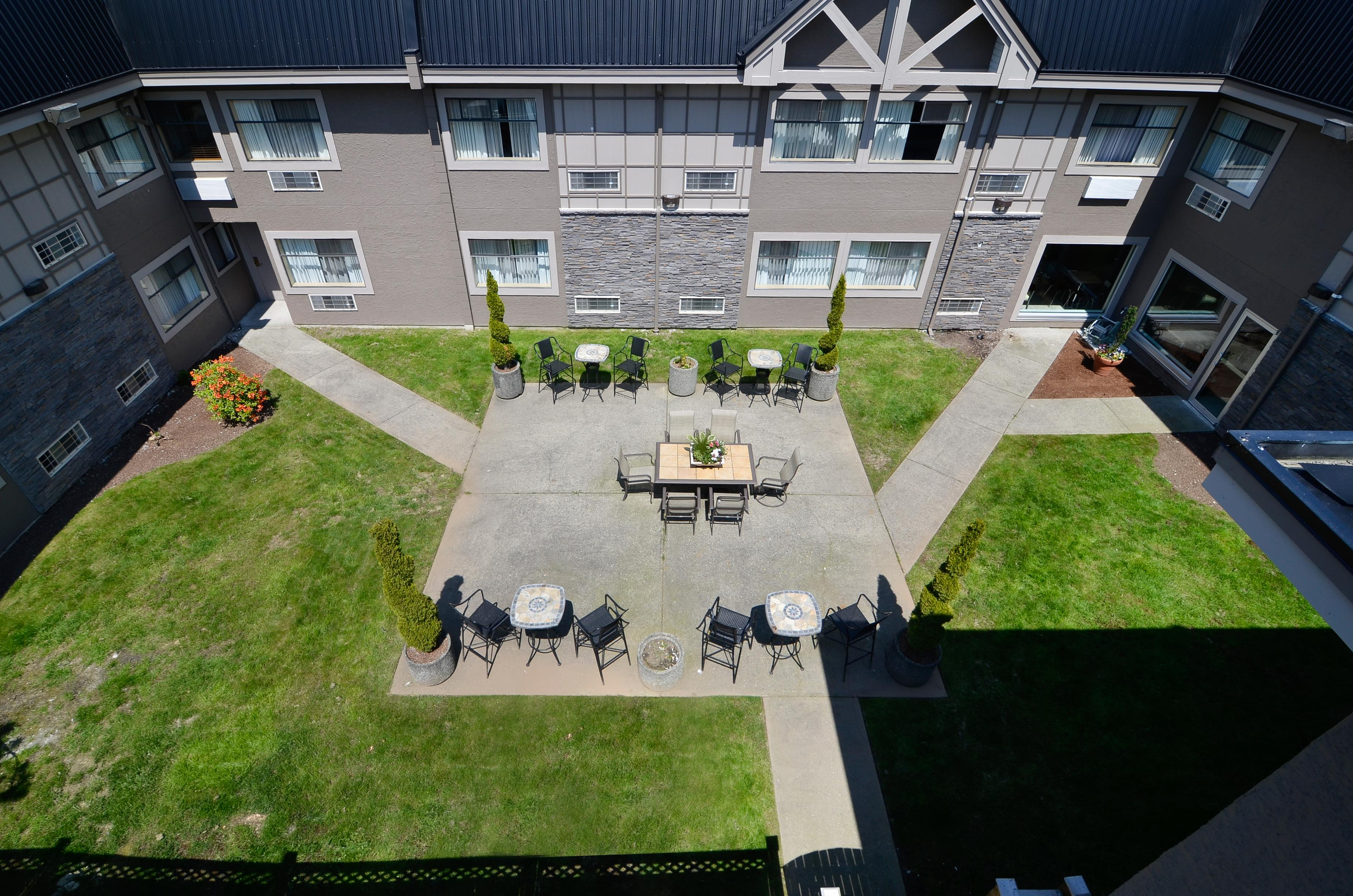 Best Western Plus Regency Inn & Conference Centre in Abbotsford: Courtyard
