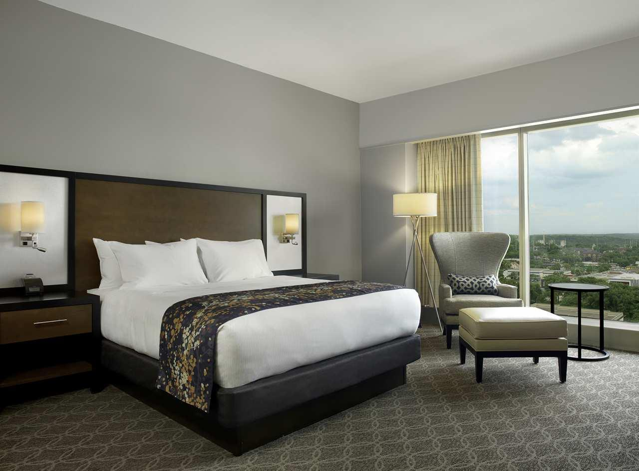 DoubleTree by Hilton Hotel Cedar Rapids Convention Complex image 11