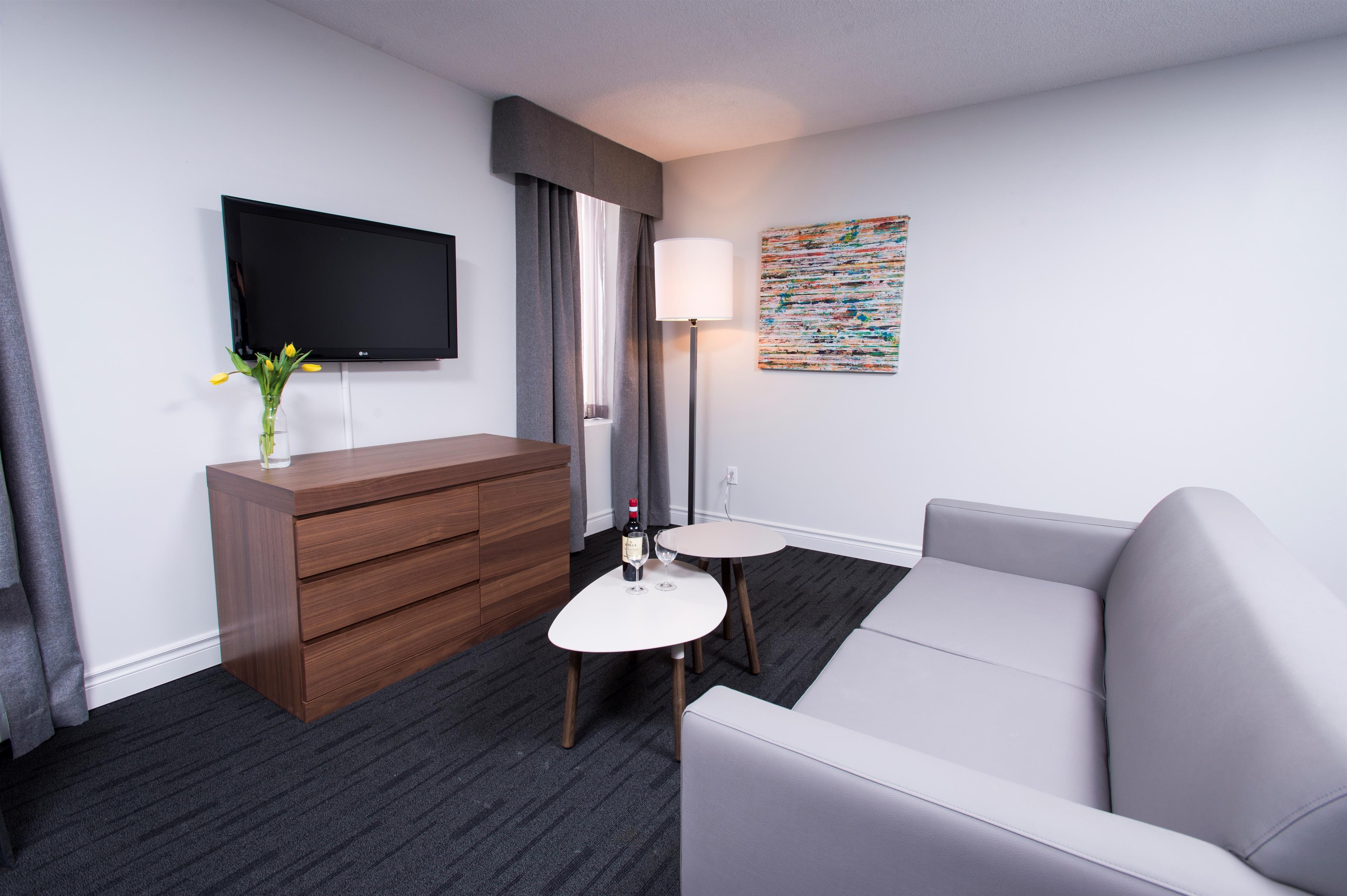 Best Western Plus Hotel Albert Rouyn-Noranda à Rouyn-Noranda: King Suite Living Area