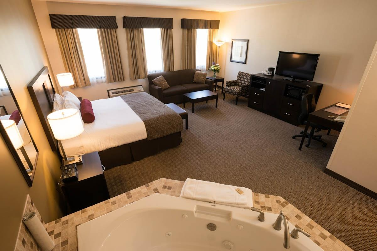 Best Western Plus Baker Street Inn & Convention Centre in Nelson: King Bed Guest Room Jetted Tub
