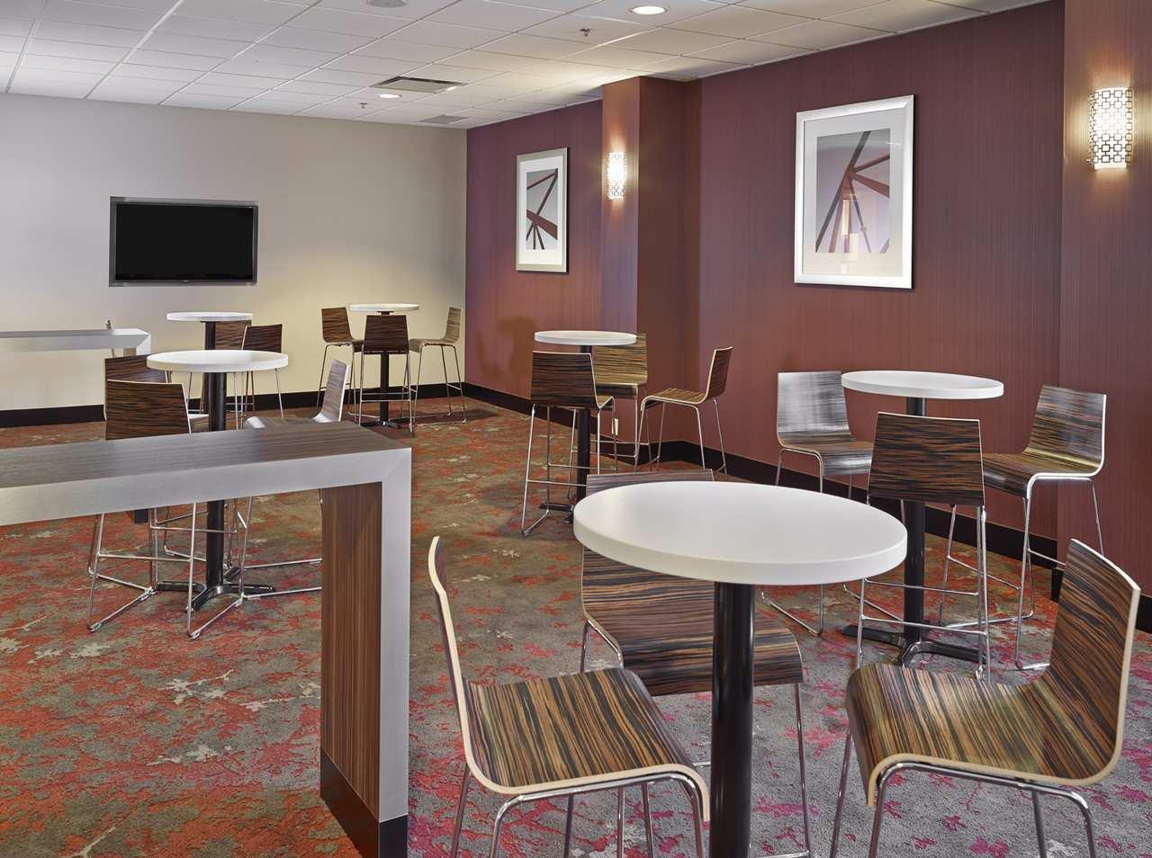 DoubleTree by Hilton Hotel West Edmonton in Edmonton: SilverBirch Connections Café