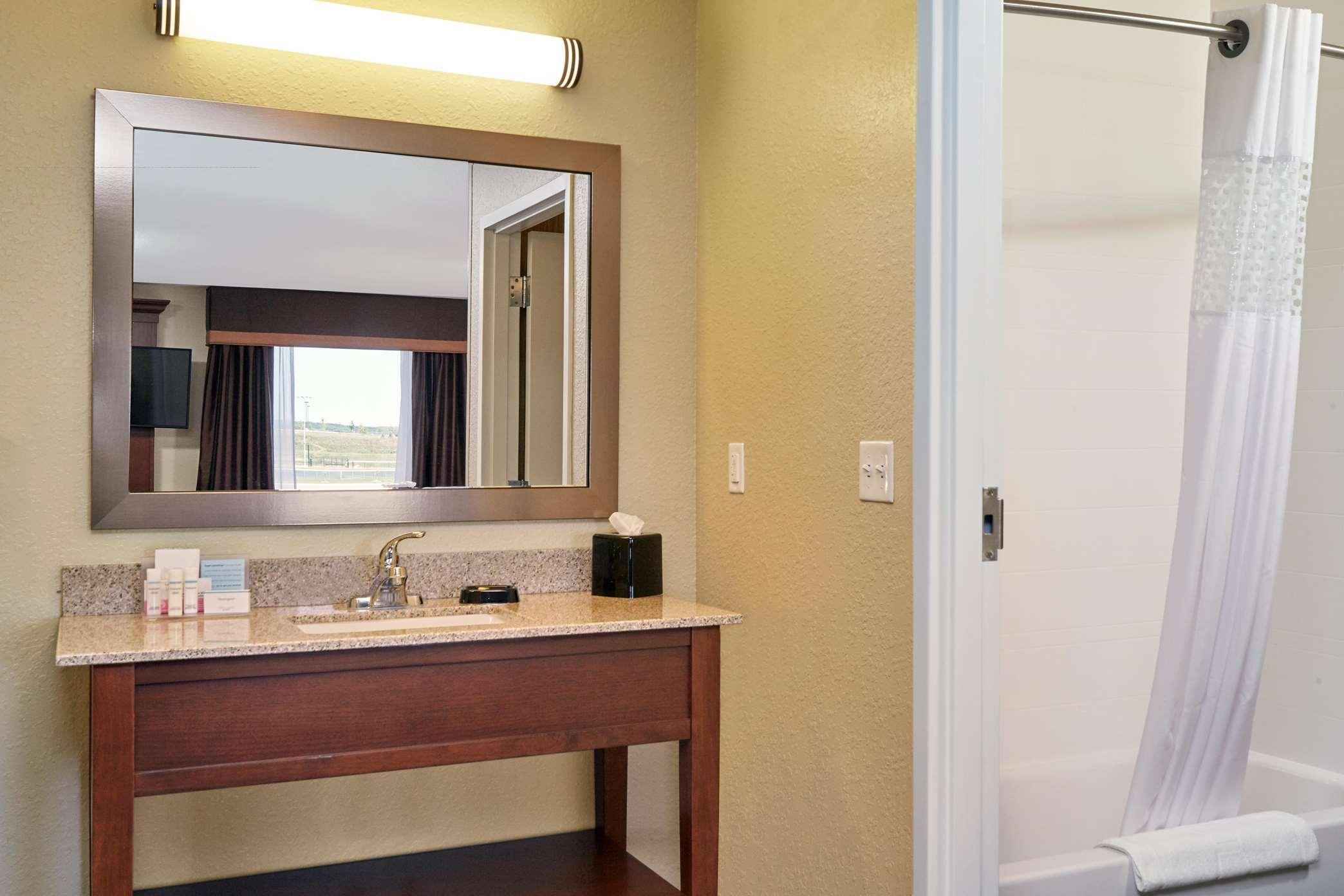 Hampton Inn & Suites Milwaukee/Franklin image 12