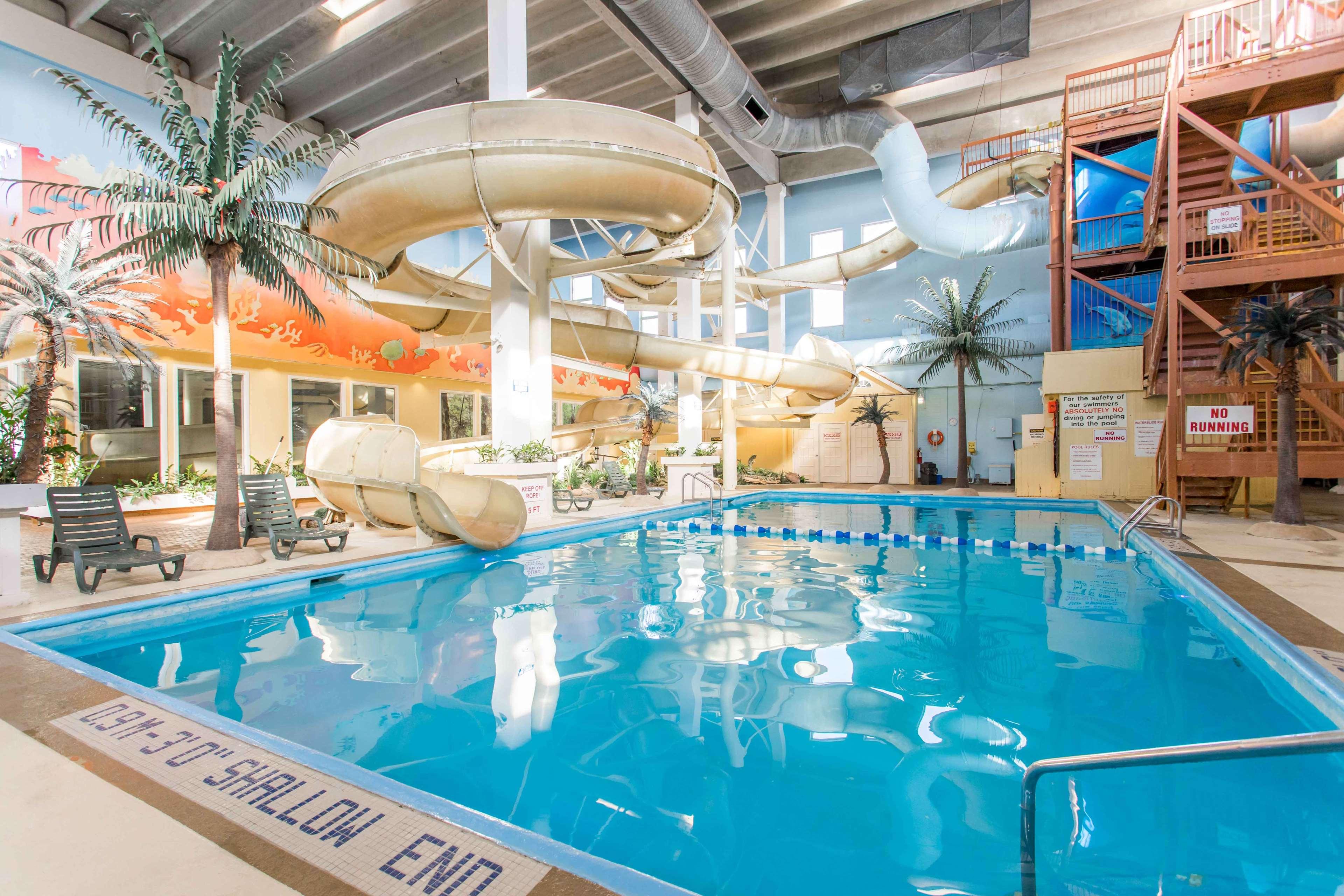 SureStay Plus Hotel by Best Western Seven Oaks in Regina: Juggernaut water slide and pool