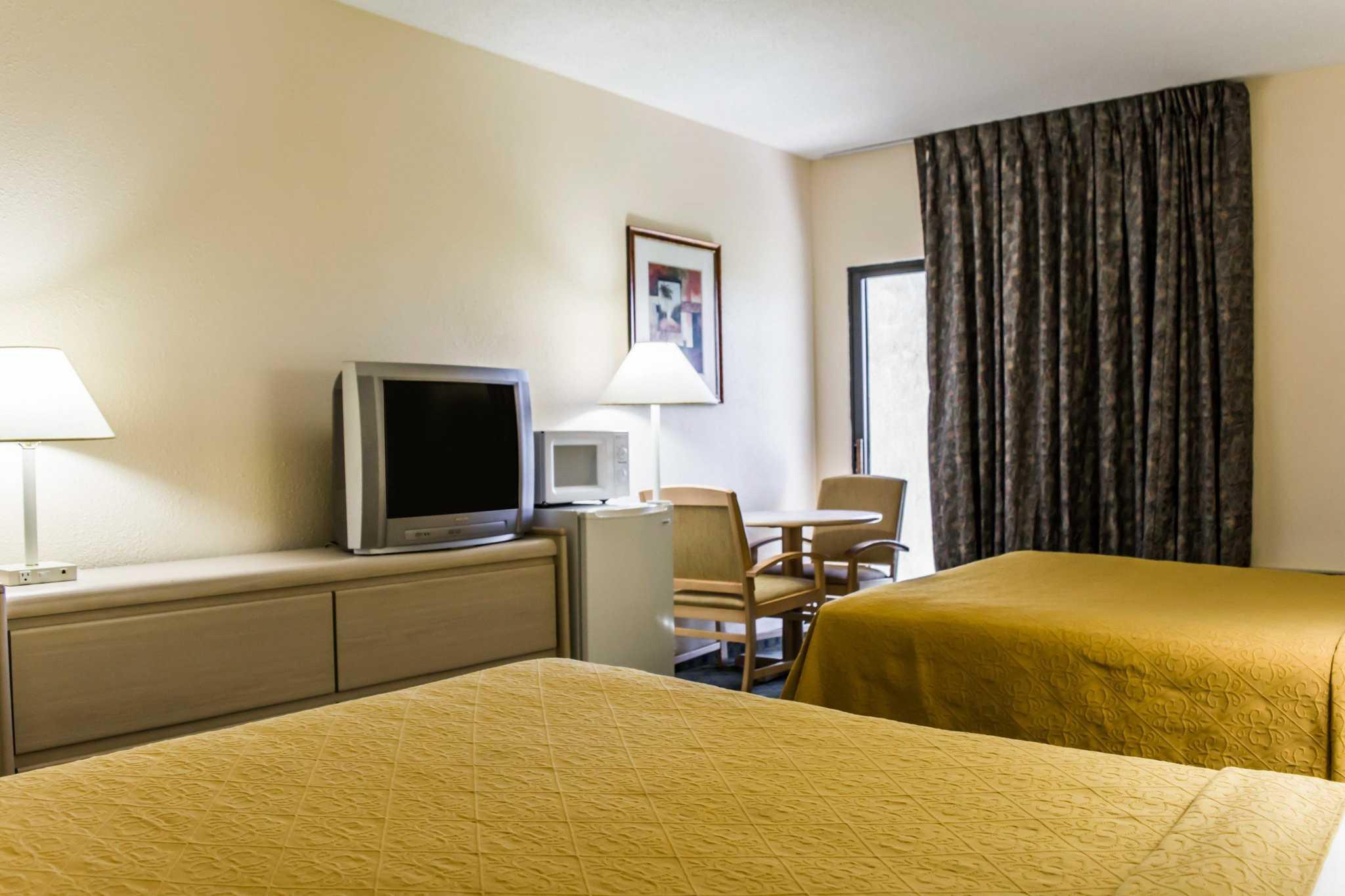 Quality Inn & Suites Golf Resort image 8