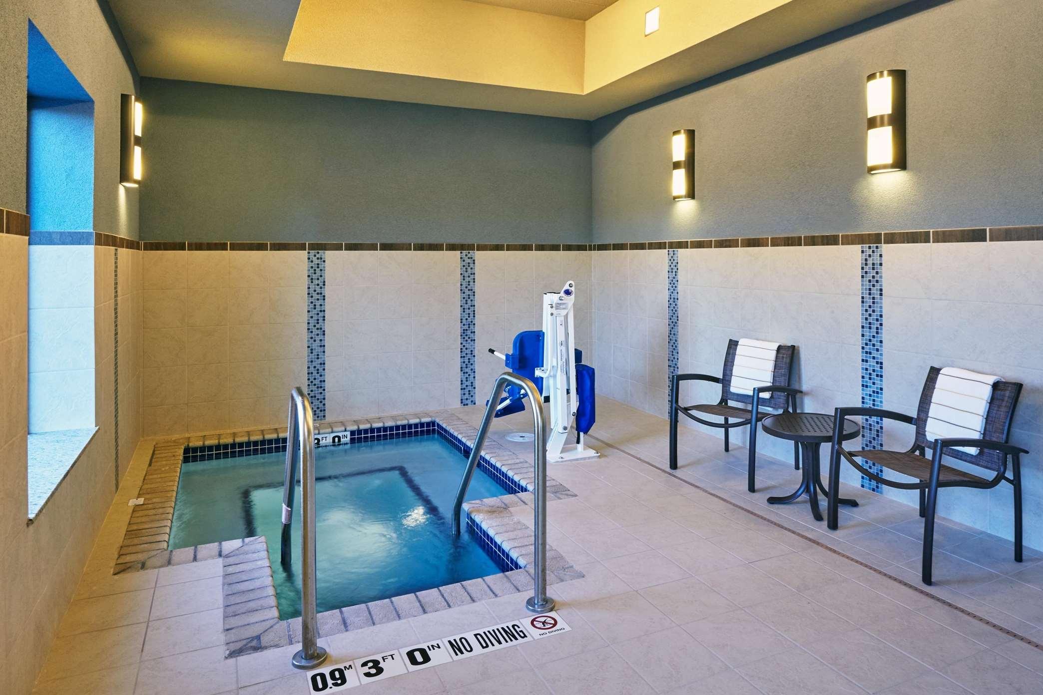 Hampton Inn & Suites Milwaukee/Franklin image 11