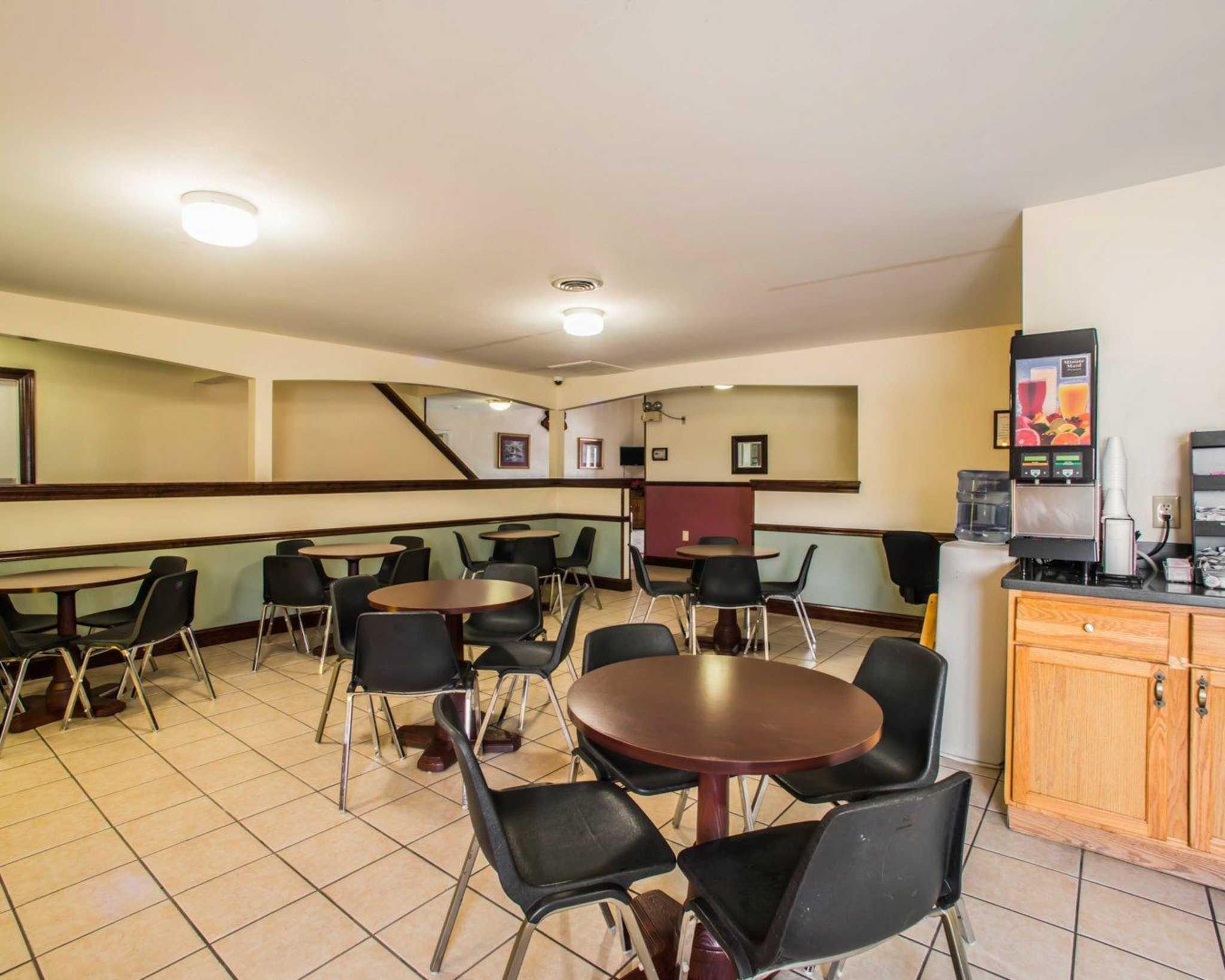 Econo Lodge Inn & Suites image 31