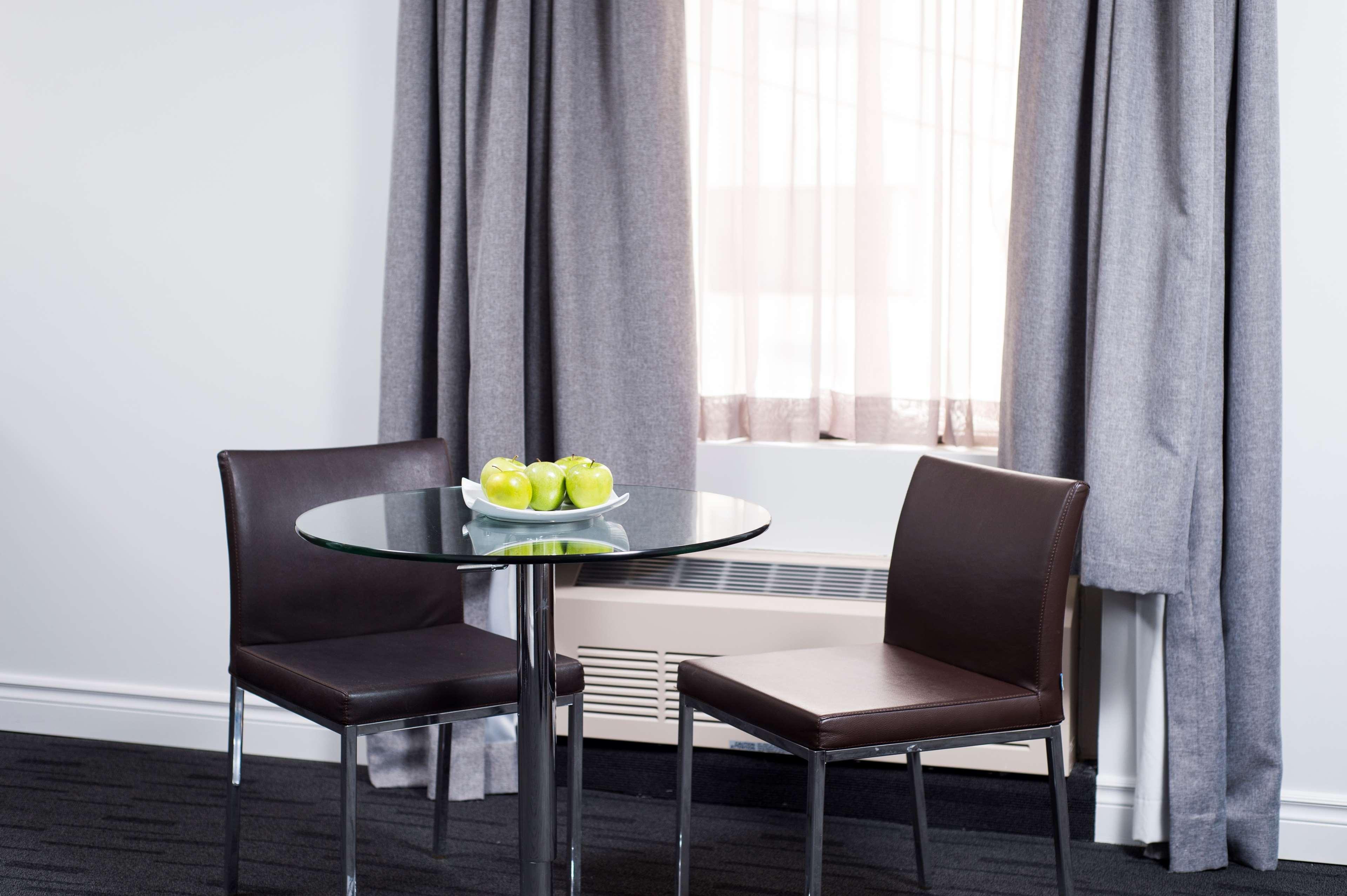 Best Western Plus Hotel Albert Rouyn-Noranda à Rouyn-Noranda: Suite - Dinnig area