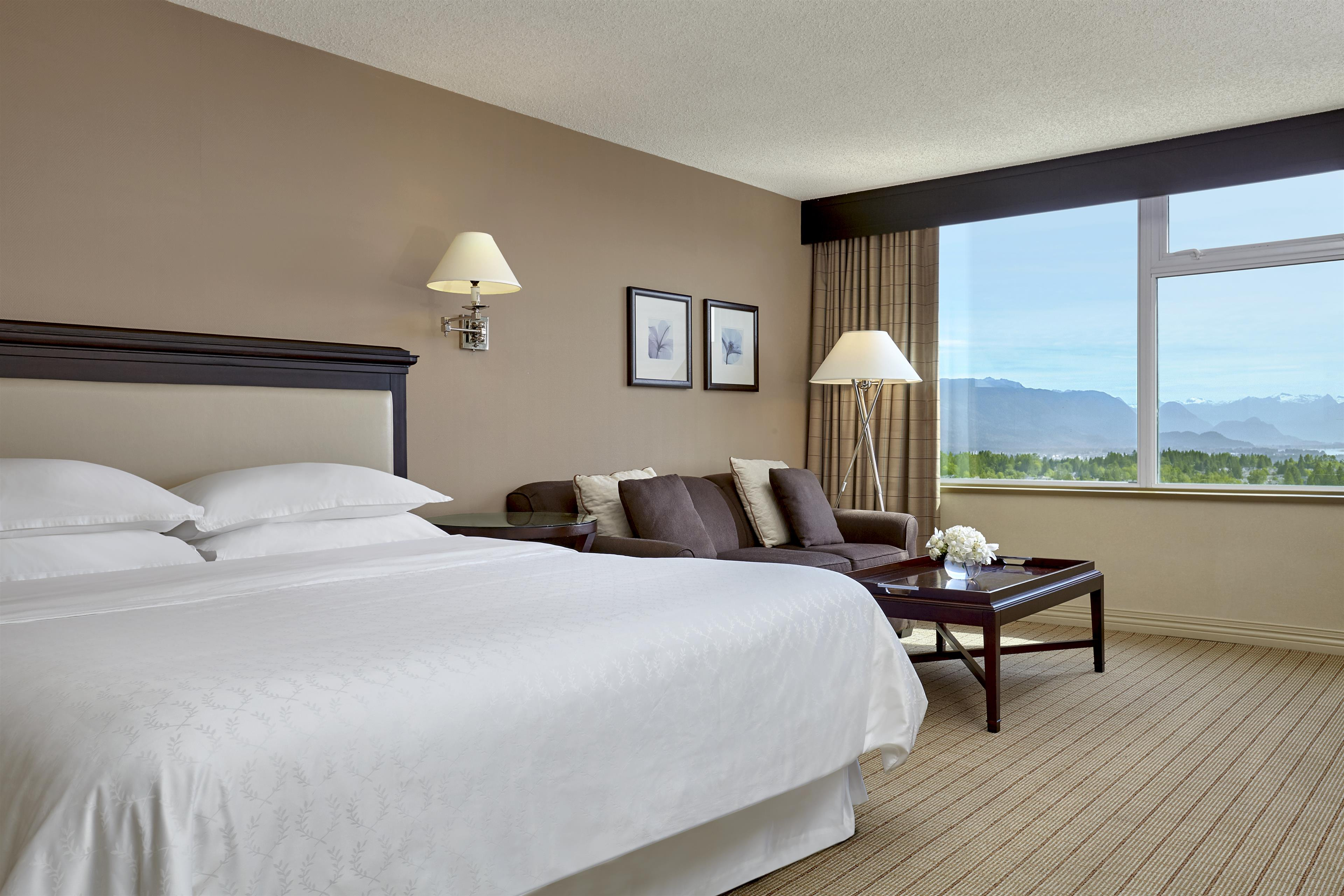 Sheraton Vancouver Guildford Hotel in Surrey: Traditional King Guestroom with Mountain View