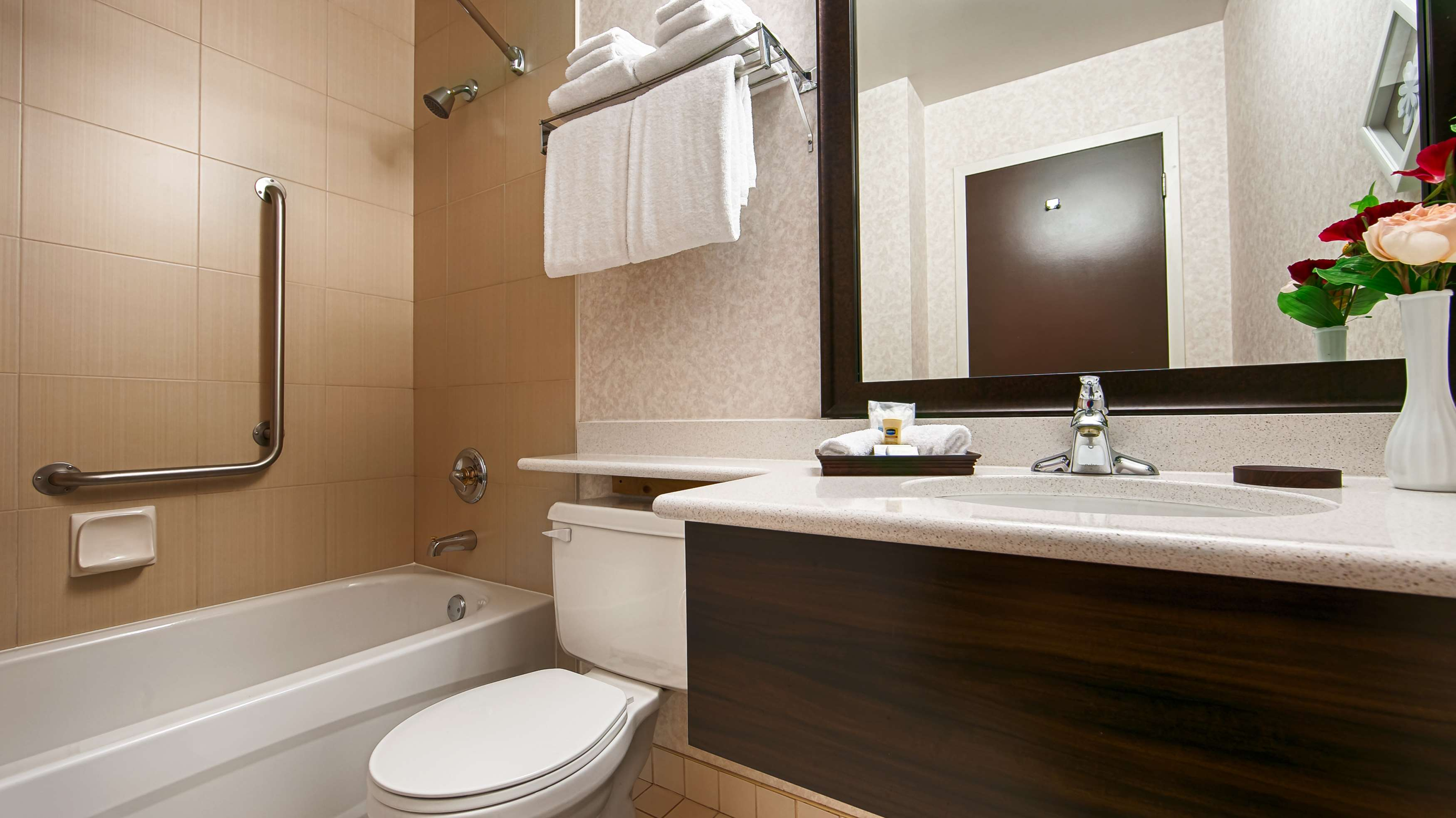 Best Western Plus Carlton Plaza Hotel in Victoria: Guest Bathroom