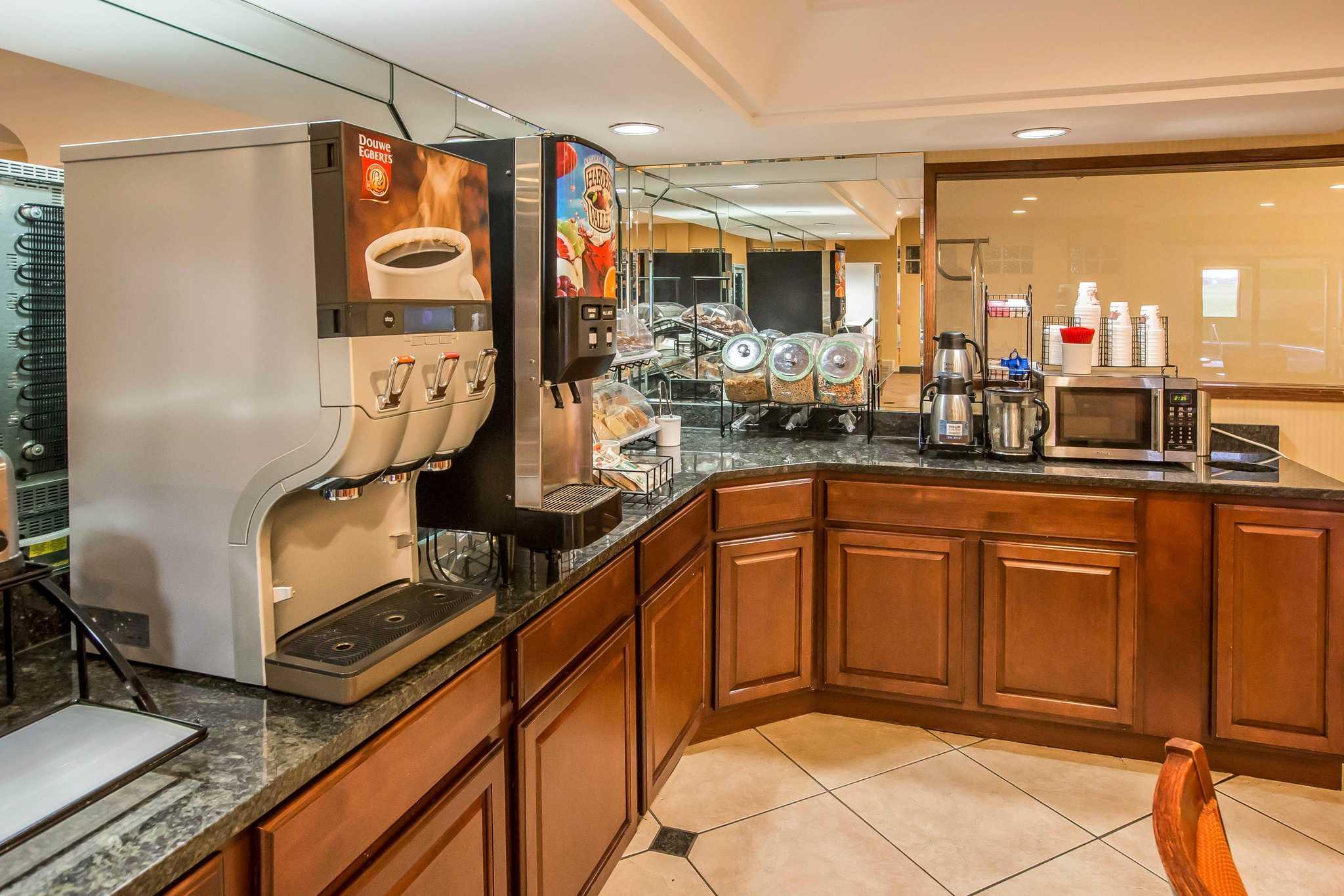 Econo Lodge Inn & Suites image 22