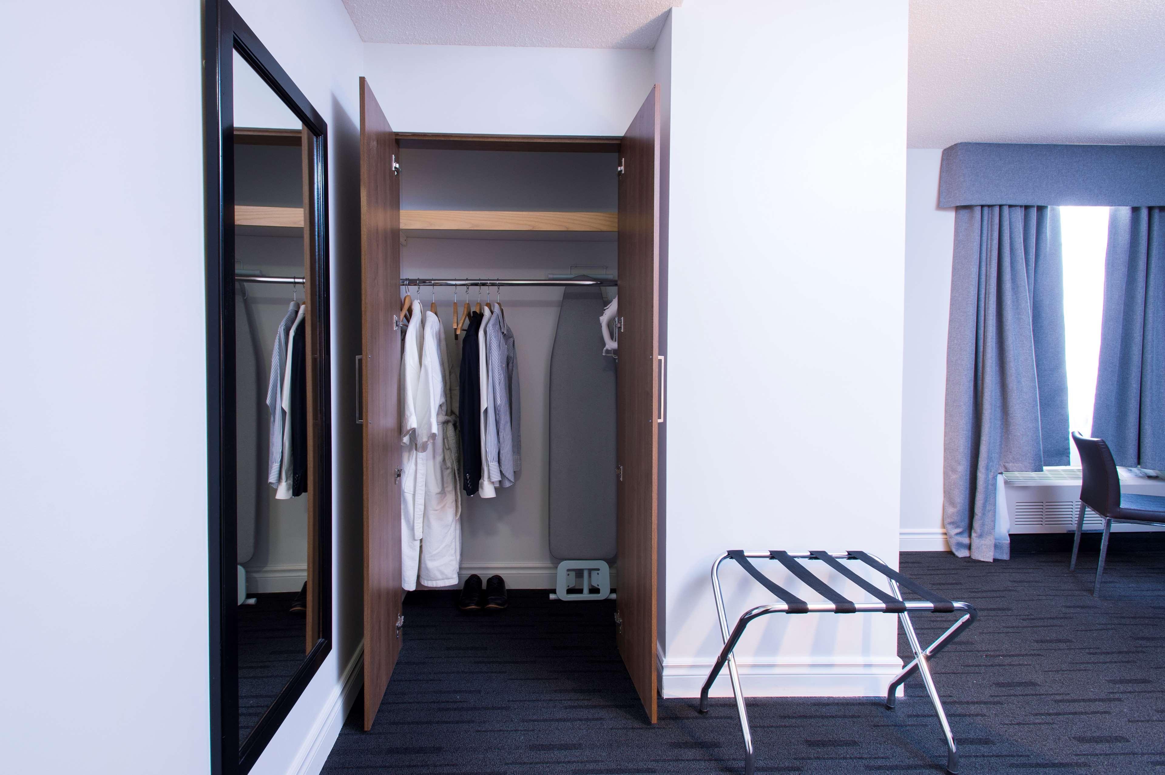 Best Western Plus Hotel Albert Rouyn-Noranda à Rouyn-Noranda: Wardrobe
