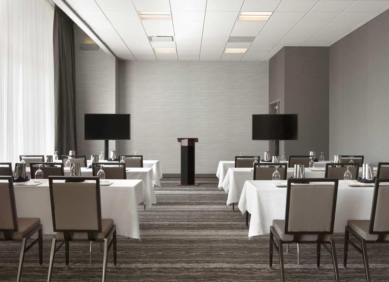 DoubleTree by Hilton Hotel Cedar Rapids Convention Complex image 9
