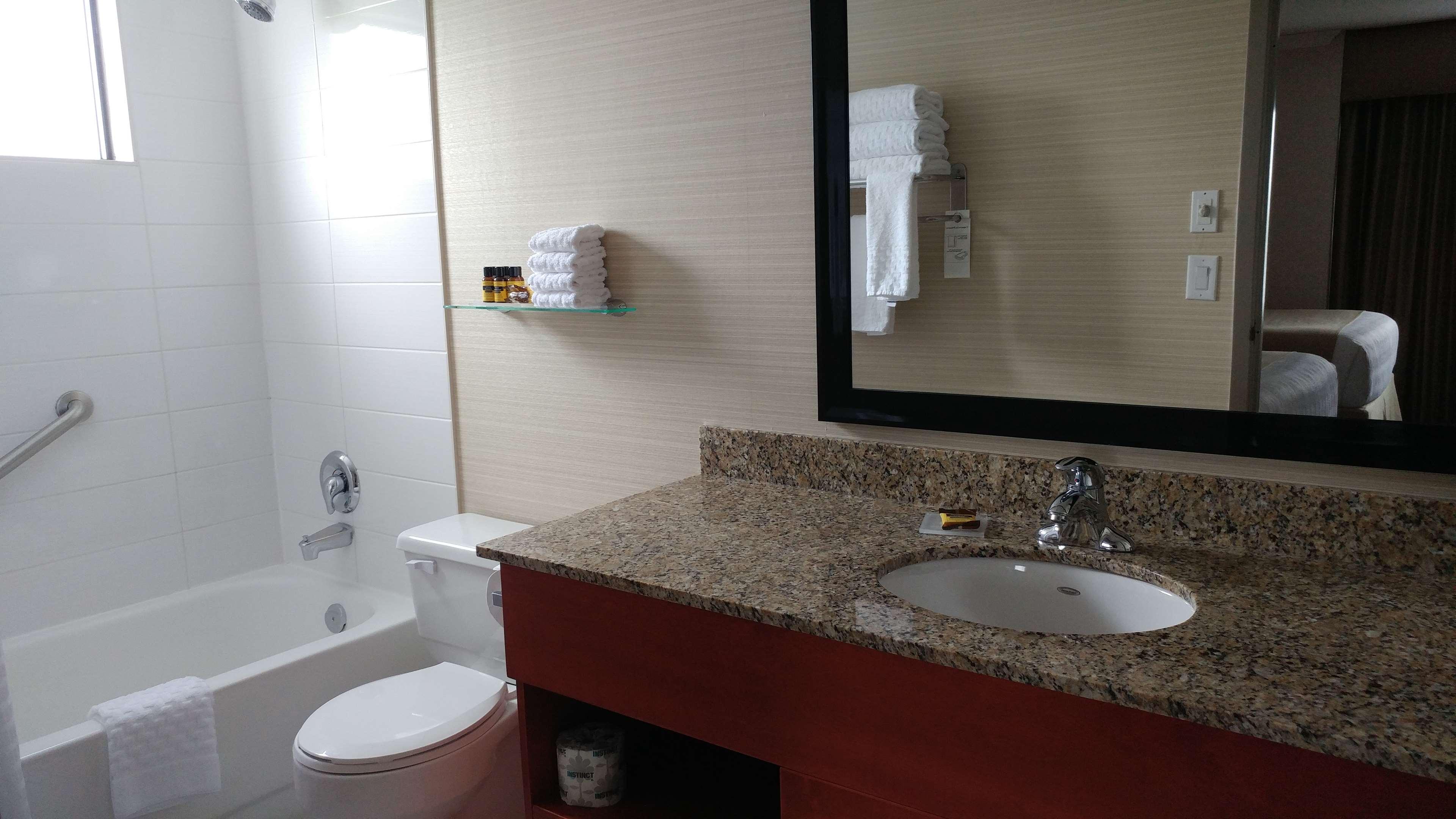 Best Western Plus Rose City Suites in Welland: Bathroom suite with 2 Queen beds