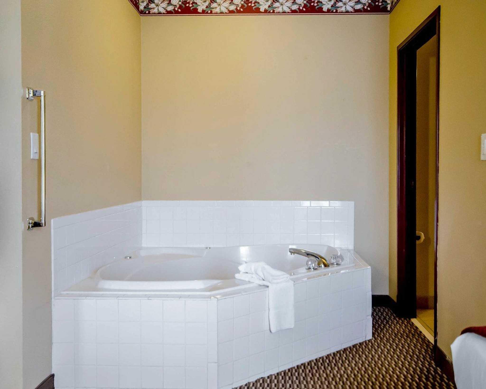 Quality Suites image 14