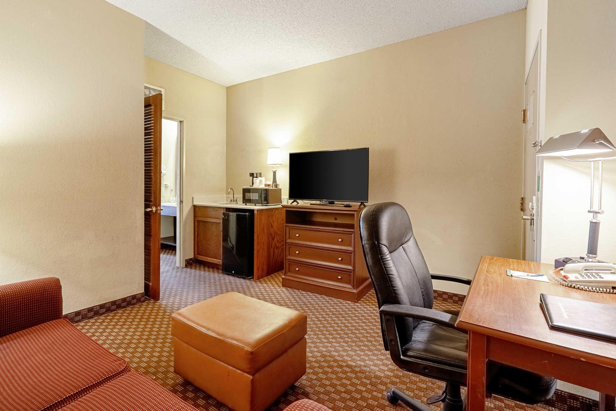 Quality Suites image 25