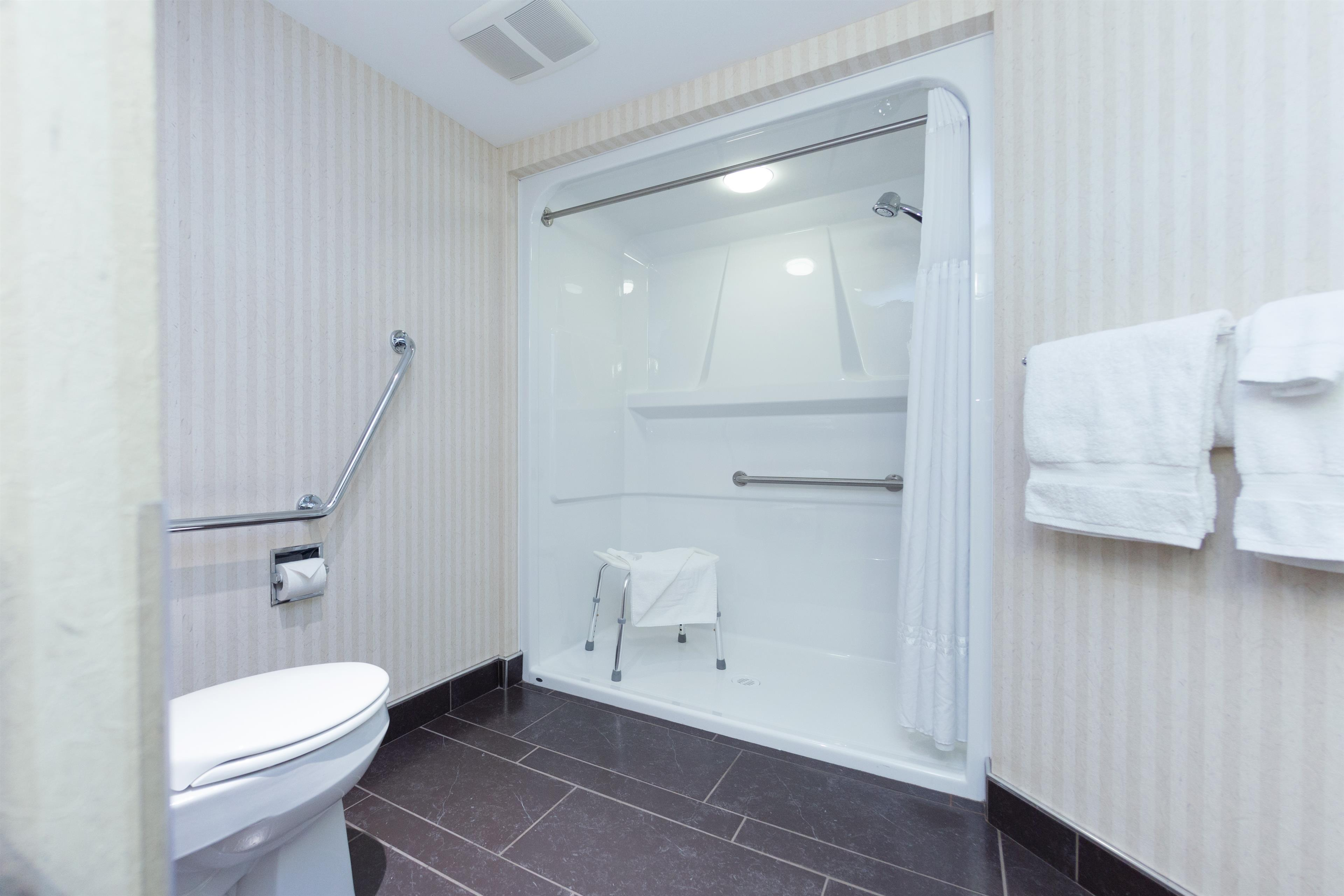 Best Western Plus Kelowna Hotel & Suites in Kelowna: Wheelchair accessible bathroom queen