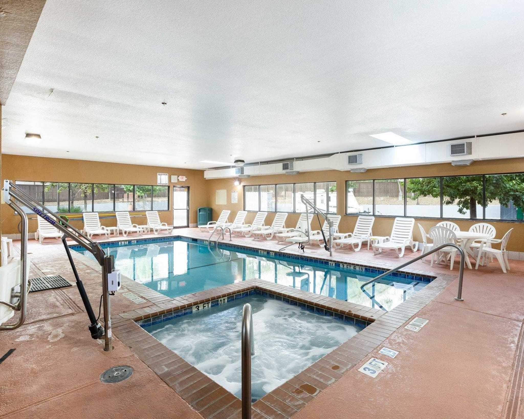 Comfort Inn & Suites Near Medical Center image 9