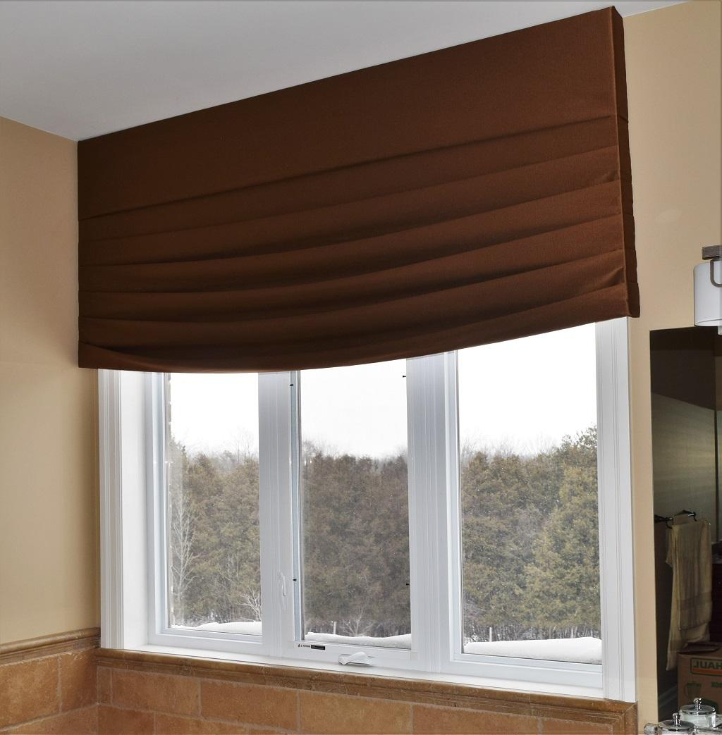 Budget Blinds à Waterloo: This Waterloo master ensuite needed fabric to soften the space. We settled on this custom designed contemporary valance.