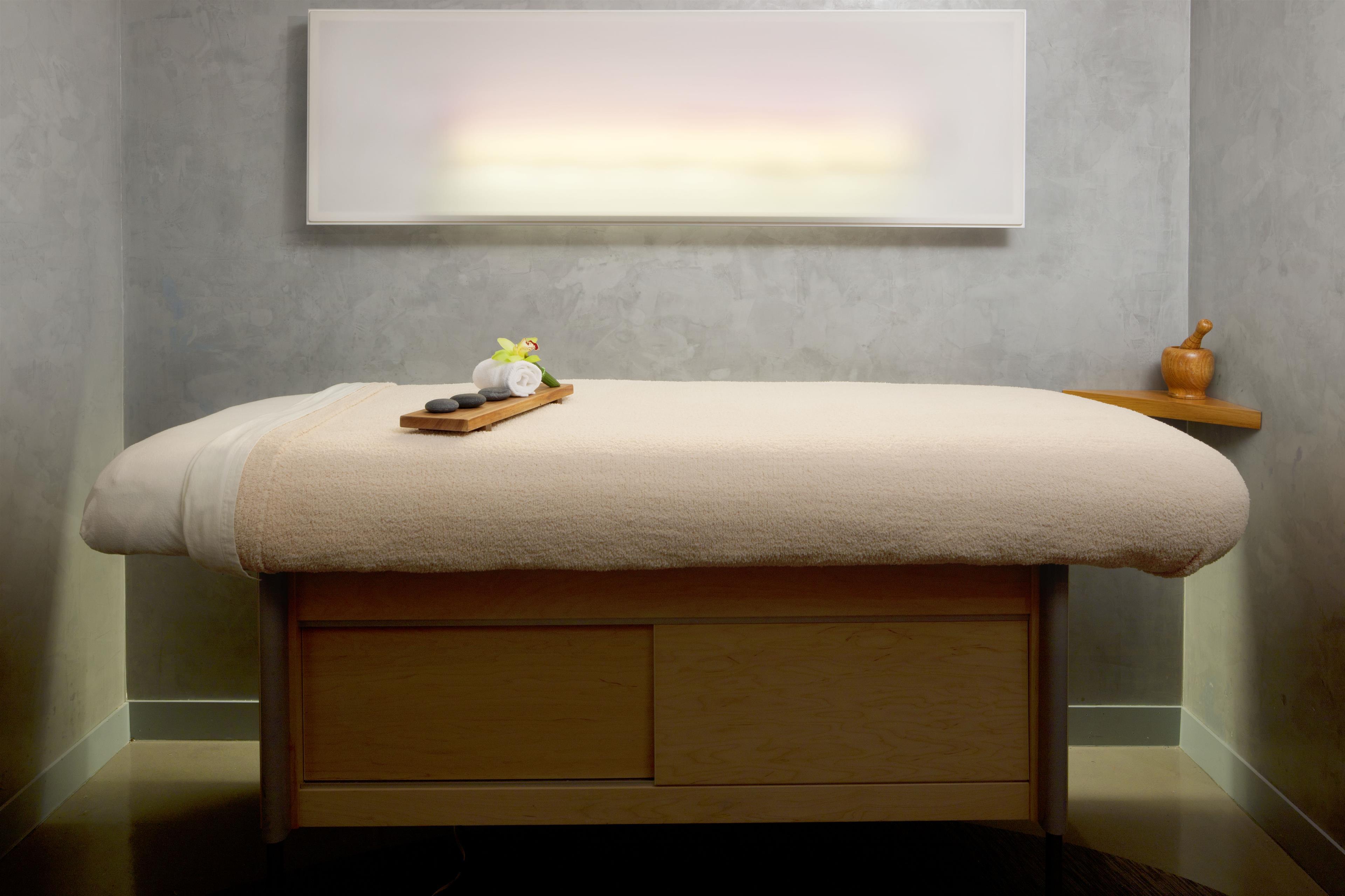 W Montréal à Montreal: AWAY Spa Treatment Room