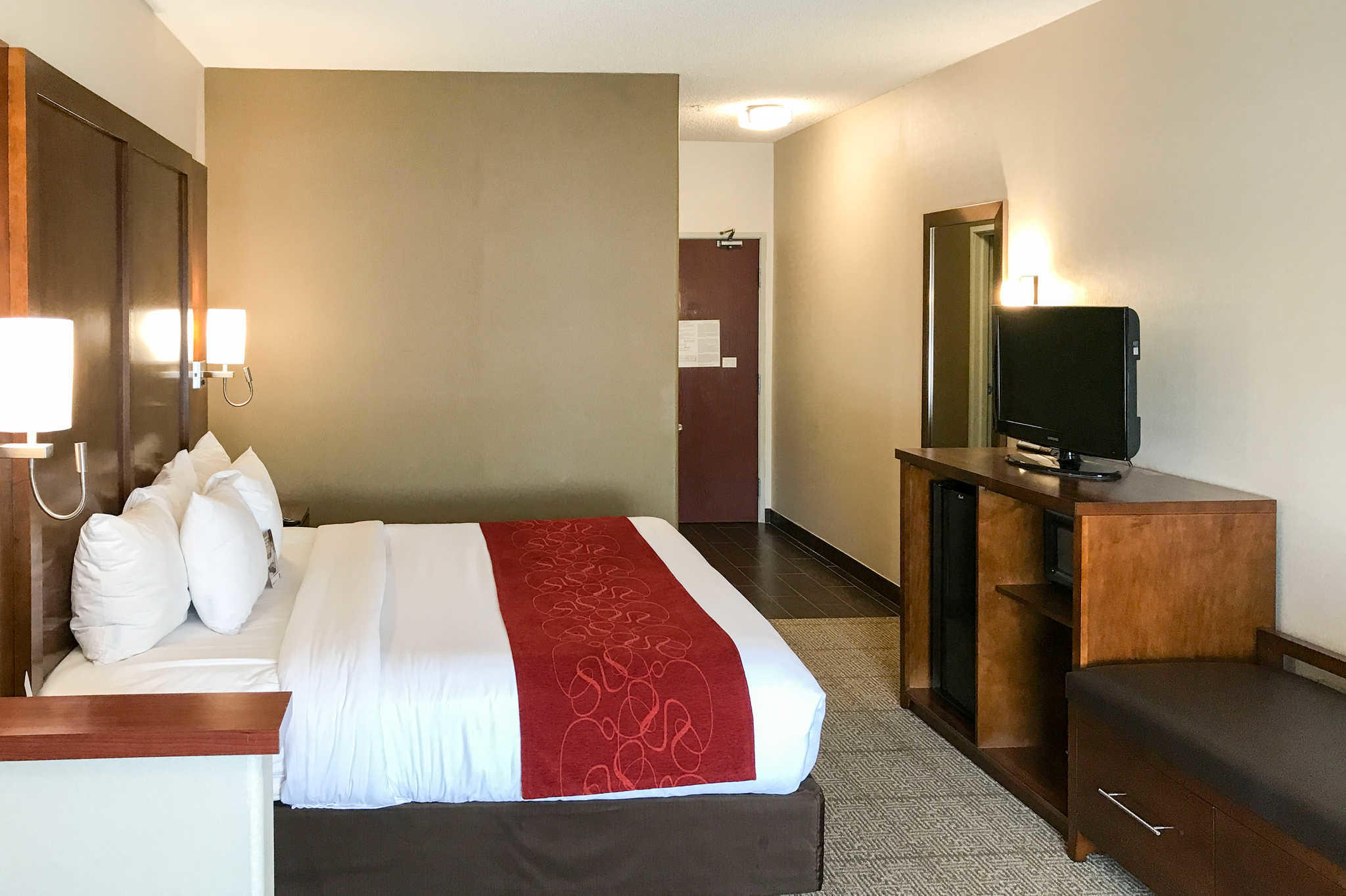 Comfort Suites Near Six Flags Magic Mountain image 19