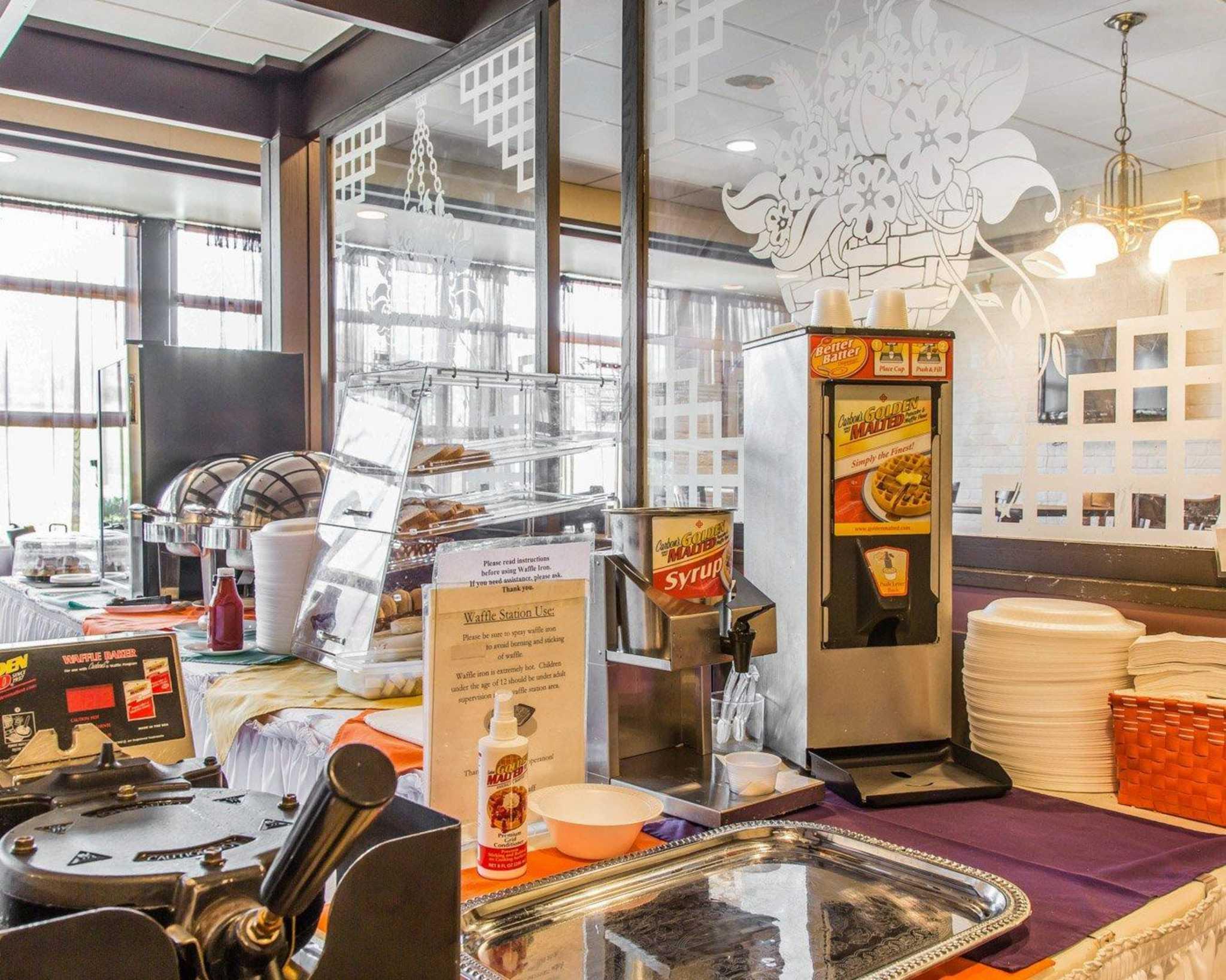 Rodeway Inn & Suites Bradley Airport image 5