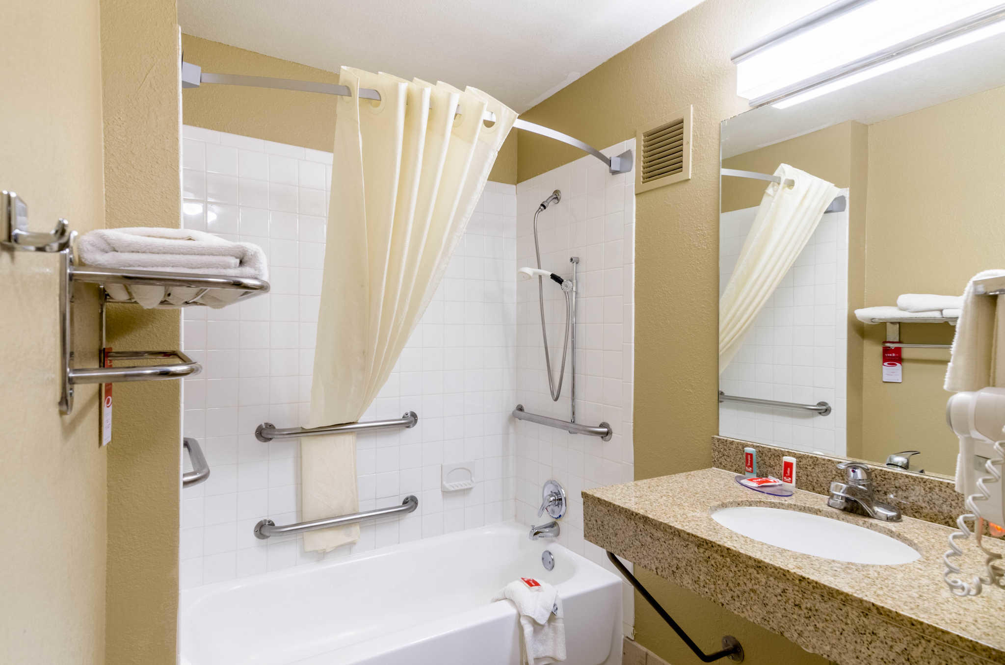 Econo Lodge  Inn & Suites I-35 at Shawnee Mission image 21