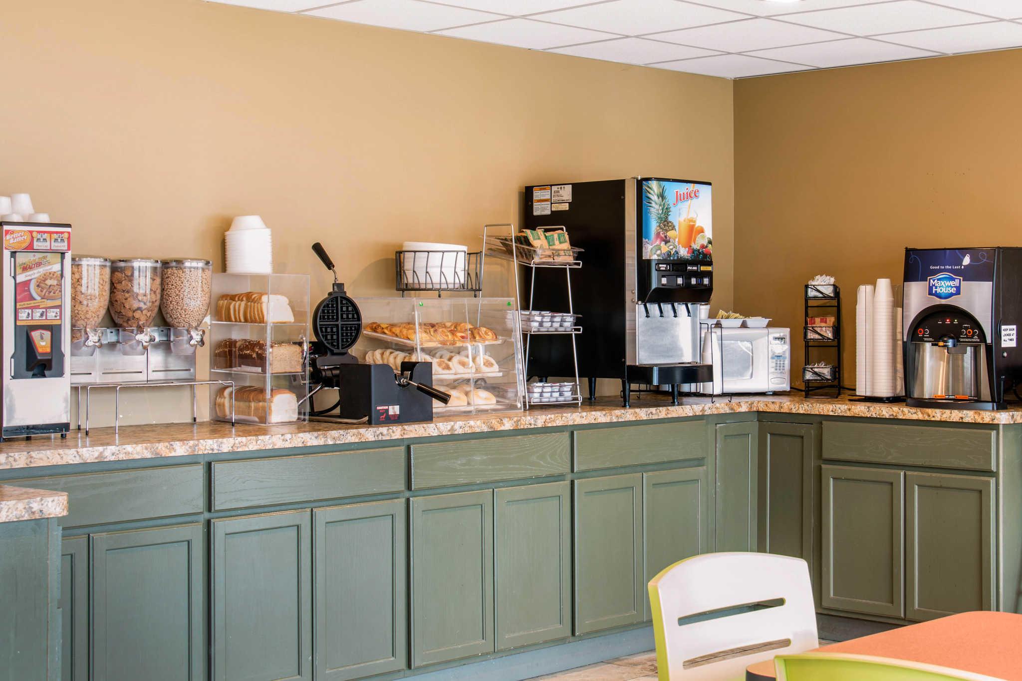Econo Lodge Inn & Suites image 17