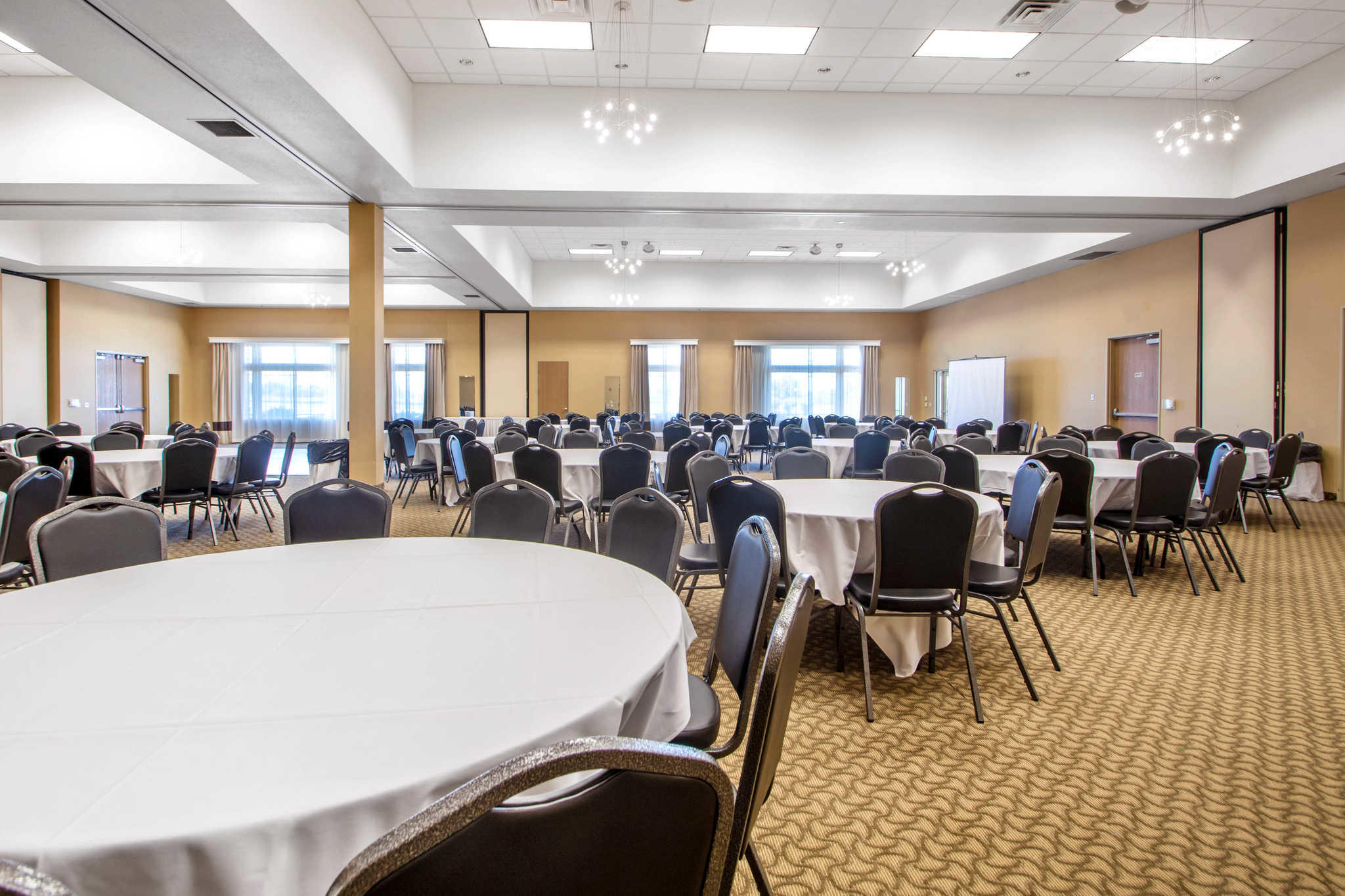 Comfort Suites Johnson Creek Conference Center image 37