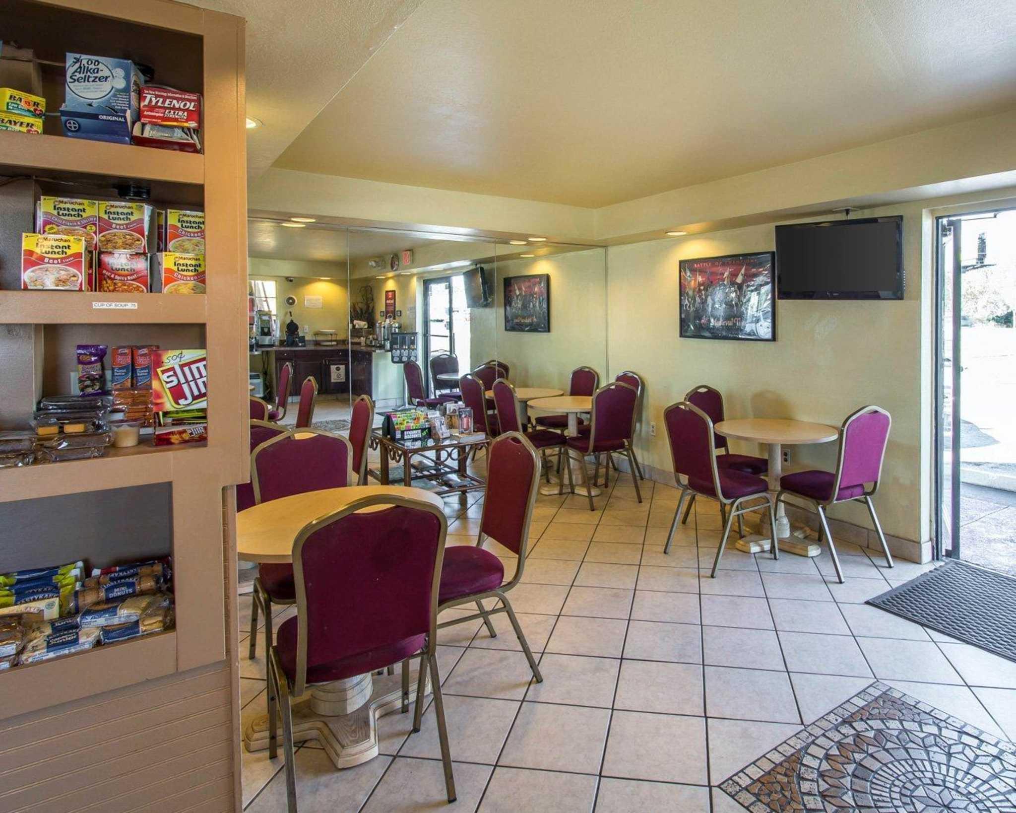 Econo Lodge  Inn & Suites Maingate Central image 12