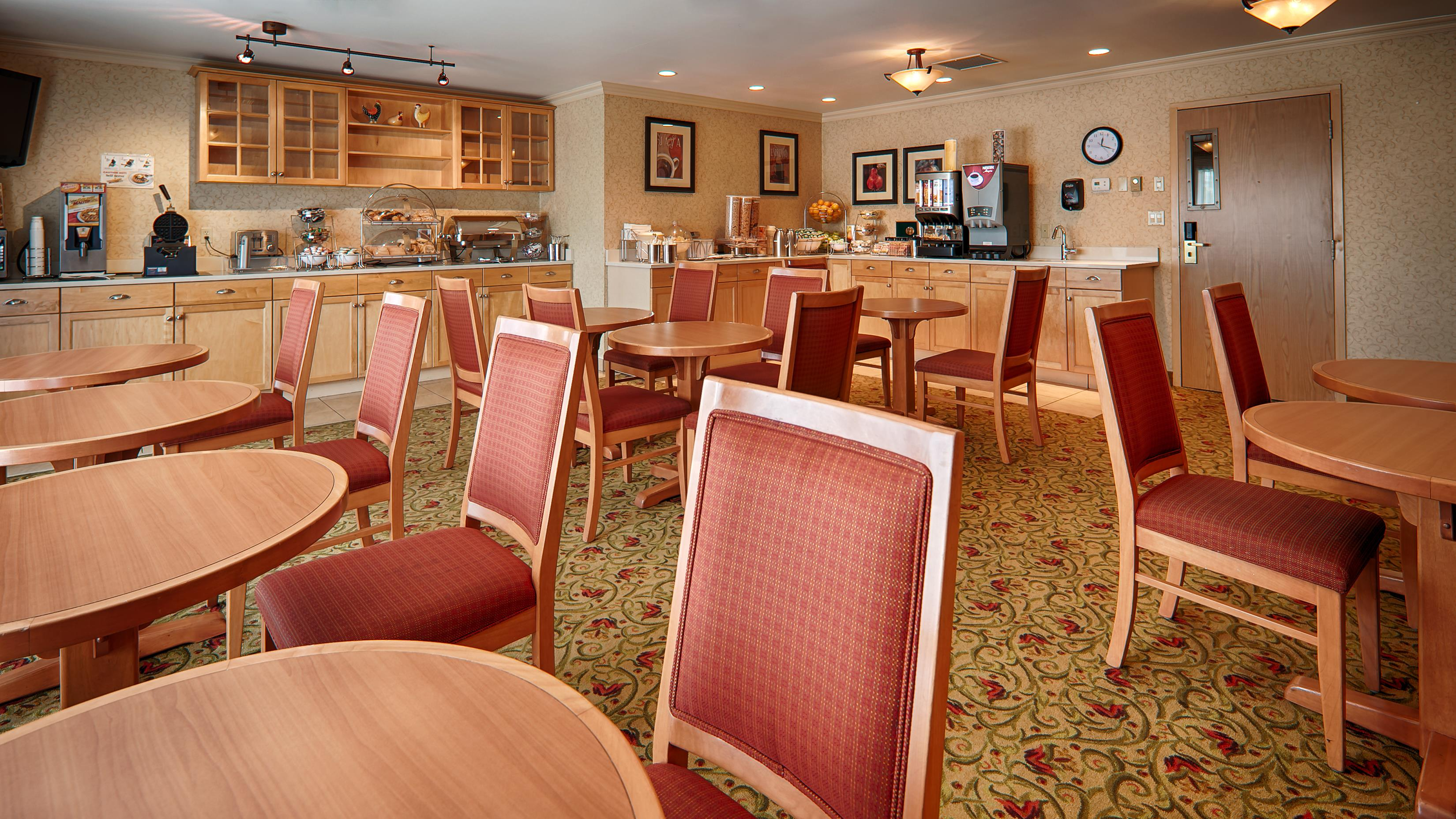 Best Western Plus Langley Inn in Langley: Breakfast Area