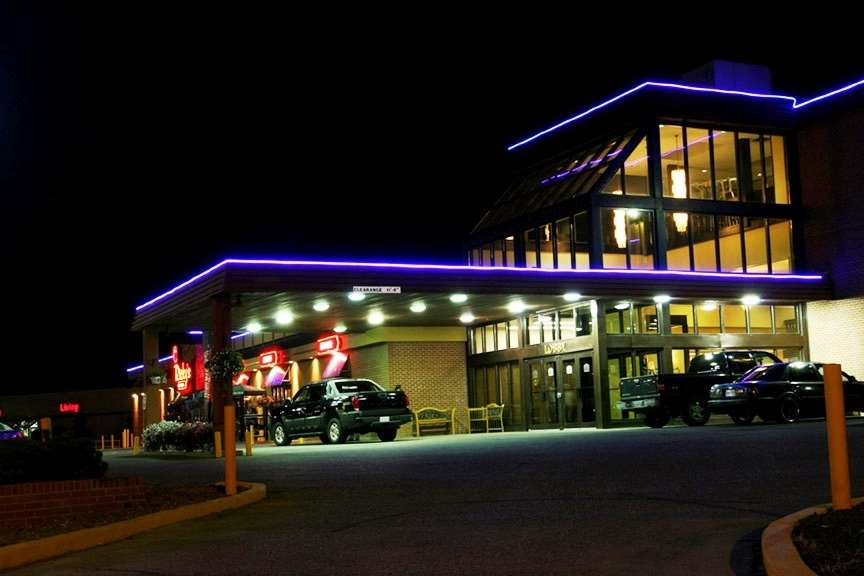 Best Western Seven Oaks Inn in Regina: Night Exterior