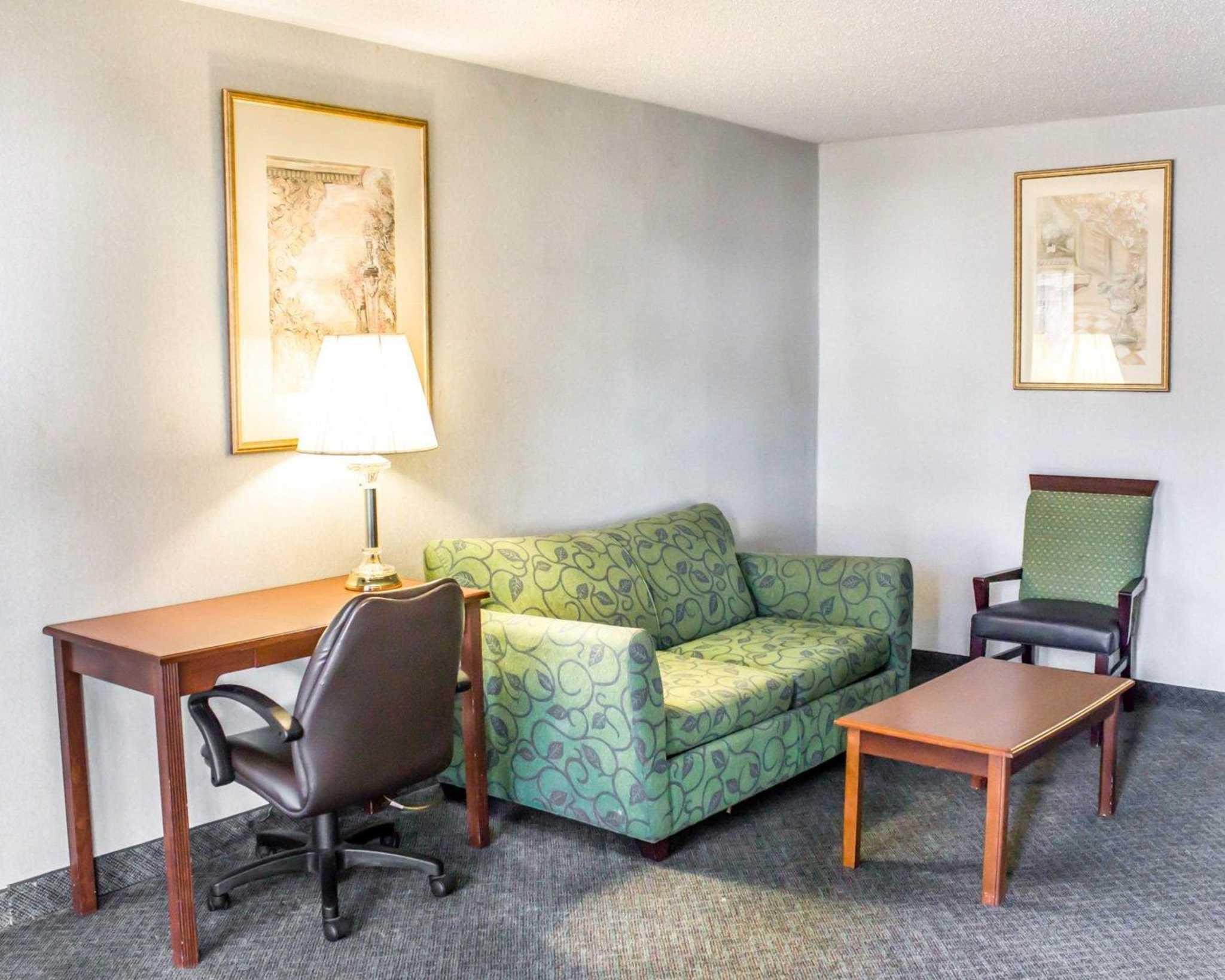 Econo Lodge & Suites image 25